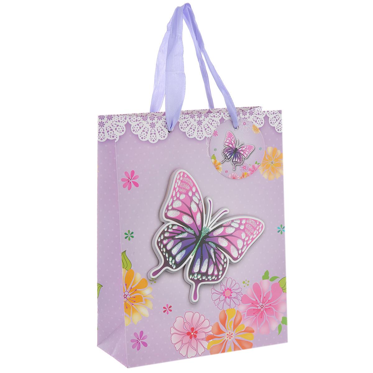 Пакет подарочный Сиреневая бабочка, 18 х 8 х 24 см1401-SB Пакет Сиреневая бабочкаДизайнерский подарочный пакет Сиреневая бабочка выполнен из плотной бумаги, оформлен цветочным рисунком и аппликацией в виде бабочки, покрытой сверкающими блестками. Дно изделия укреплено плотным картоном, который позволяет сохранить форму пакета и исключает возможность деформации дна под тяжестью подарка. Для удобной переноски имеются две атласные ручки. Подарок, преподнесенный в оригинальной упаковке, всегда будет самым эффектным и запоминающимся. Окружите близких людей вниманием и заботой, вручив презент в нарядном праздничном оформлении.