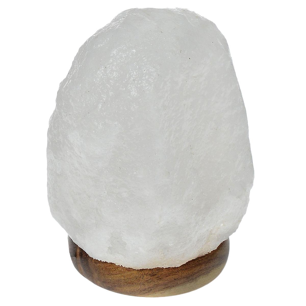 Лампа солевая Zenet Скала. 700700Лампа Zenet Скала, изготовленная из природной каменной соли, работает от USB-порта. Материал плафона лампы - натуральная гималайская соль из Пакистана. Соль в холодном состоянии обладает способностью поглощать влагу из воздуха, а при нагреве выделять влагу. Источником света в лампе служит электрическая лампочка (входит в комплект). Изделие имеет деревянную подставку. Солевая лампа станет не только прекрасным элементом интерьера, но и мягким природным ионизатором, который принесет в ваш дом красоту, гармонию и здоровье. Преимущества очищения воздуха каменной солью: - облегчение головной боли при мигрени, - повышение уровня серотонина в крови, - уменьшение тяжести приступов астмы, - укрепление иммунной системы и снижение уязвимости к простуде и гриппу.