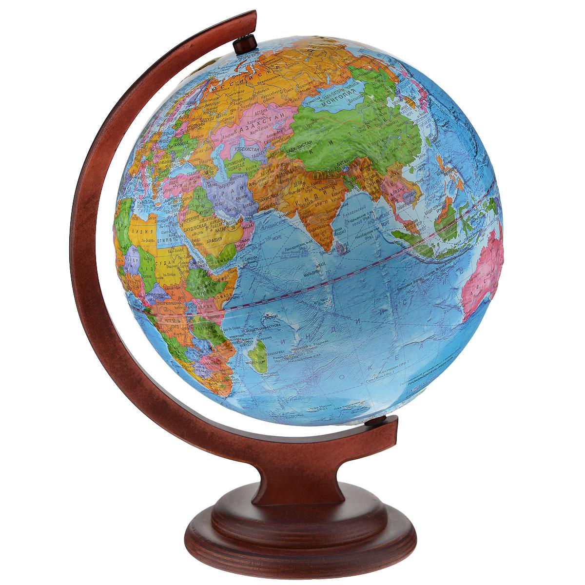 Глобусный мир Глобус с политической картой мира, рельефный, диаметр 25 см, на деревянной подставкеFS-00897Глобус с политической картой мира Глобусный мир, изготовленный из высококачественного прочного пластика, показывает страны мира, сухопутные и морские границы того или иного государства, расположение городов и населенных пунктов. На нем отображены картографические линии: параллели и меридианы, а также градусы и условные обозначения. Каждая страна обозначена своим цветом. Глобус с политической картой мира станет незаменимым атрибутом обучения не только школьника, но и студента. Названия стран на глобусе приведены на русской язык. Изделие расположено на красивой деревянной подставке, что придает этой модели подарочный вид. Настольный глобус Глобусный мир станет оригинальным украшением рабочего стола или вашего кабинета. Это изысканная вещь для стильного интерьера, которая станет прекрасным подарком для современного преуспевающего человека, следующего последним тенденциям моды и стремящегося к элегантности и комфорту в каждой детали.Масштаб: 1:50 000 000.