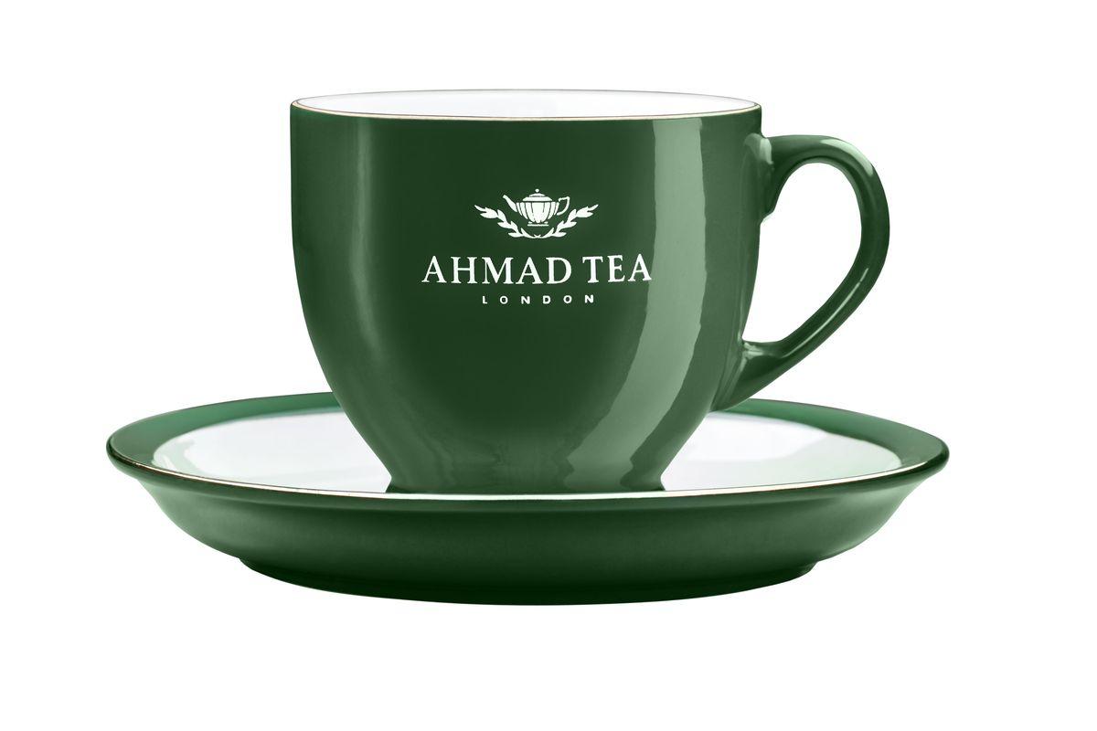 Чайная пара Ahmad Tea, цвет: темно-зеленый, белый, 2 предметаZ453Чайная пара Ahmad Tea состоит из чашки и блюдца, изготовленных из экологически чистой глазурованной керамики. Керамика - исключительно термостойкий, экологически чистый материал, сохраняющий все натуральные свойства воды и ее природный вкус, обладающий низкой теплопроводностью - напиток дольше остается горячим. Аристократичные чашки Ahmad Tea известны тем, что из них пьют чай знатоки клуба Что? Где? Когда?. Чайная пара Ahmad Tea станет отличным подарком для любителей чая. Дизайн изделий, несомненно, придется по вкусу и ценителям классики, и тем, кто предпочитает современный стиль. Изделия можно мыть в посудомоечной машине и использовать в микроволной печи. Объем чашки: 200 мл. Высота чашки: 7,5 см. Диаметр (по верхнему краю): 8,5 см. Диаметр блюдца: 15 см. Высота блюдца: 2 см.
