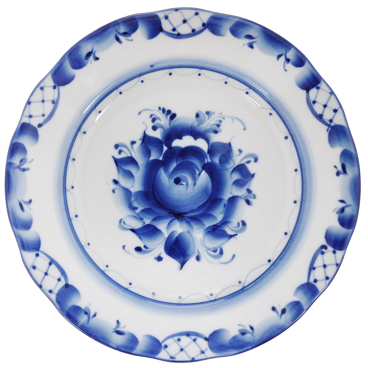 Тарелка десертная Дубок, диаметр 20 см115510Тарелка десертная Дубок, изготовленная из высококачественной керамики, предназначена для красивой сервировки стола. Тарелка оформлена оригинальной гжельской росписью. Прекрасный дизайн изделия идеально подойдет для сервировки стола.Обращаем ваше внимание, что роспись на изделиях сделана вручную. Рисунок может немного отличаться от изображения на фотографии. Диаметр: 20 см. Высота тарелки: 2 см.
