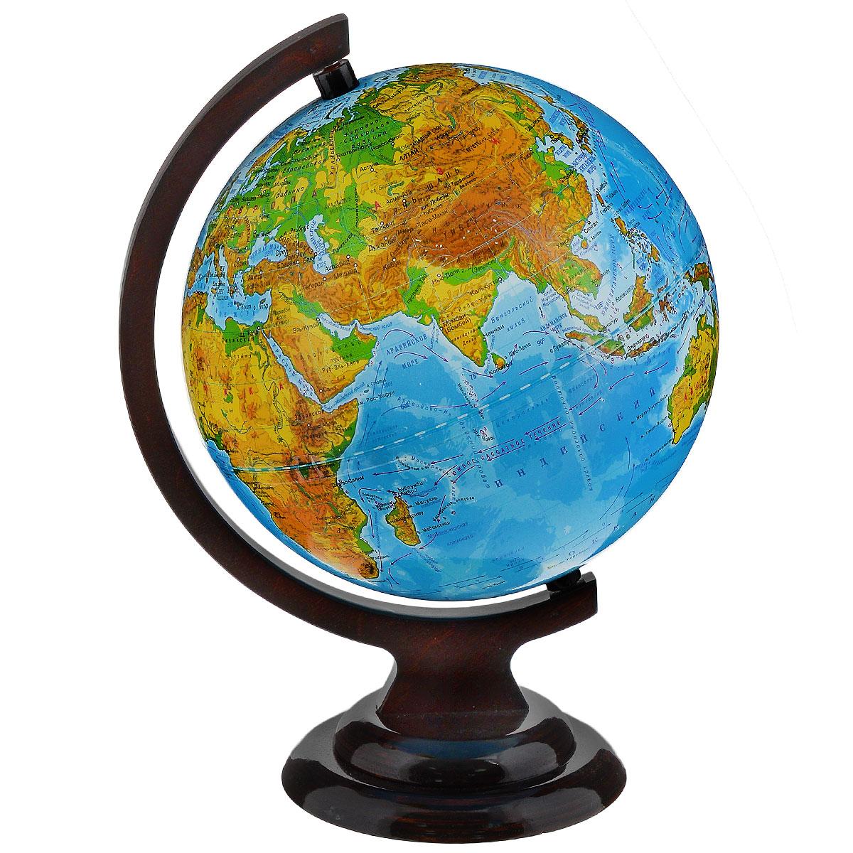 Глобусный мир Глобус с физической картой, диаметр 21 см, на деревянной подставкеFS-00897Географический глобус с физической картой мира станет незаменимым атрибутом обучения не только школьника, но и студента. На глобусе отображены линии картографической сетки, гидрографическая сеть, рельеф суши и морского дна, крупнейшие населенные пункты, теплые и холодные течения. Глобус является уменьшенной и практически не искаженной моделью Земли и предназначен для использования в качестве наглядного картографического пособия, а также для украшения интерьера квартир, кабинетов и офисов. Красочность, повышенная наглядность визуального восприятия взаимосвязей, отображенных на глобусе объектов и явлений, в сочетании с простотой выполнения по нему различных измерений делают глобус доступным широкому кругу потребителей для получения разнообразной познавательной, научной и справочной информации о Земле. Глобус на оригинальной деревянной подставке. Масштаб: 1:60000000.