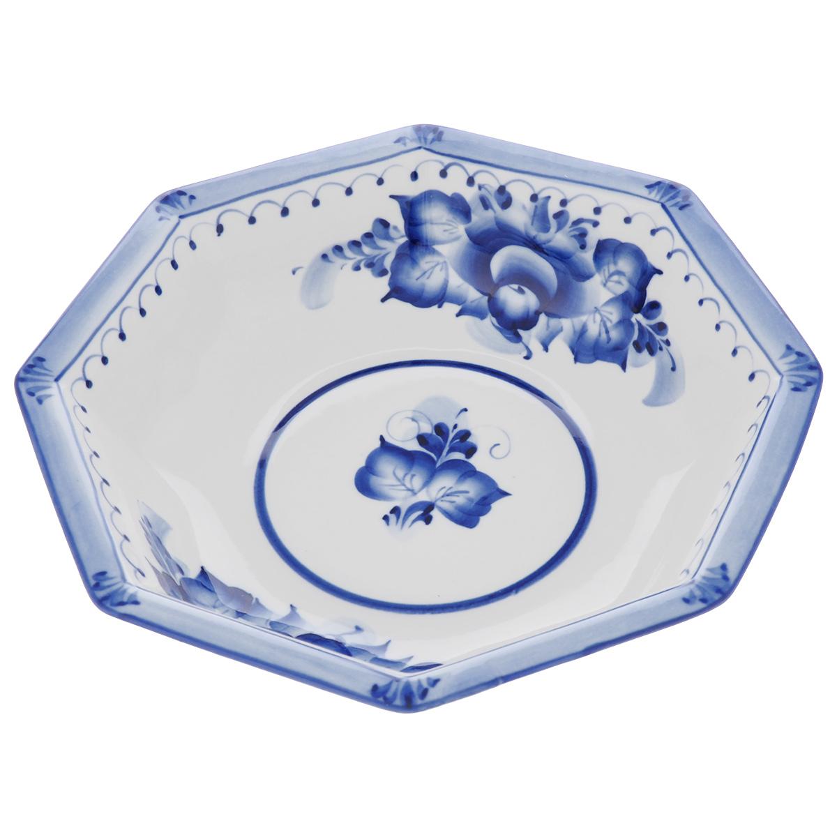 Салатник Европейский, цвет: белый, синий, 22 х 22 х 5 см993040122Салатник Европейский выполнен из высококачественного фарфора и декорирован росписью в технике гжель. Салатник сочетает в себе изысканный дизайн с максимальной функциональностью. Он прекрасно впишется в интерьер вашей кухни и станет достойным дополнением к кухонному инвентарю. Салатник не только украсит ваш кухонный стол и подчеркнет прекрасный вкус хозяйки, но и станет отличным подарком. Размер: 22 см х 22 см х 5 см.