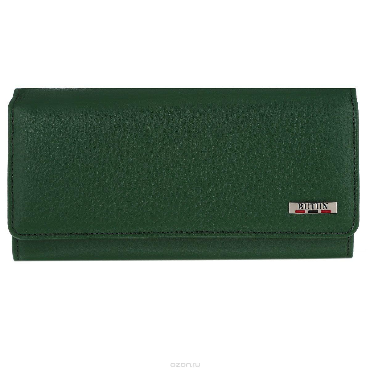 Портмоне женское Butun, цвет: зеленый. 559-004 0752-037-009Женское портмоне Butun выполнено из натуральной высококачественной кожи с натуральным тиснением. Портмоне состоит из трех отделений для купюр. Внутри расположены 3 открытых кармашка для визиток и банковских карт, 1 открытый накладной карман для мелочей, прорезной карман на застежке-молнии и открытый горизонтальный карман с прозрачным окошком-сеточкой. Также портмоне дополнено наружным отделением для монет на замке-защелке, состоящим из 2 просторных отделений, разделенных перегородкой. Портмоне закрывается на широкий клапан с кнопкой. Фурнитура оформлена под серебро.Портмоне - это удобный и стильный аксессуар, необходимый каждому активному человеку для хранения денежных купюр, монет, визитных и пластиковых карт, а также небольших документов. Надежное портмоне Butun сочетает в себе классический дизайн и функциональность, и не только практично в использовании, но и станет отличным дополнением к любому стилю, и позволит вам подчеркнуть свою индивидуальность.Портмоне упаковано в подарочную коробку с логотипом производителя.
