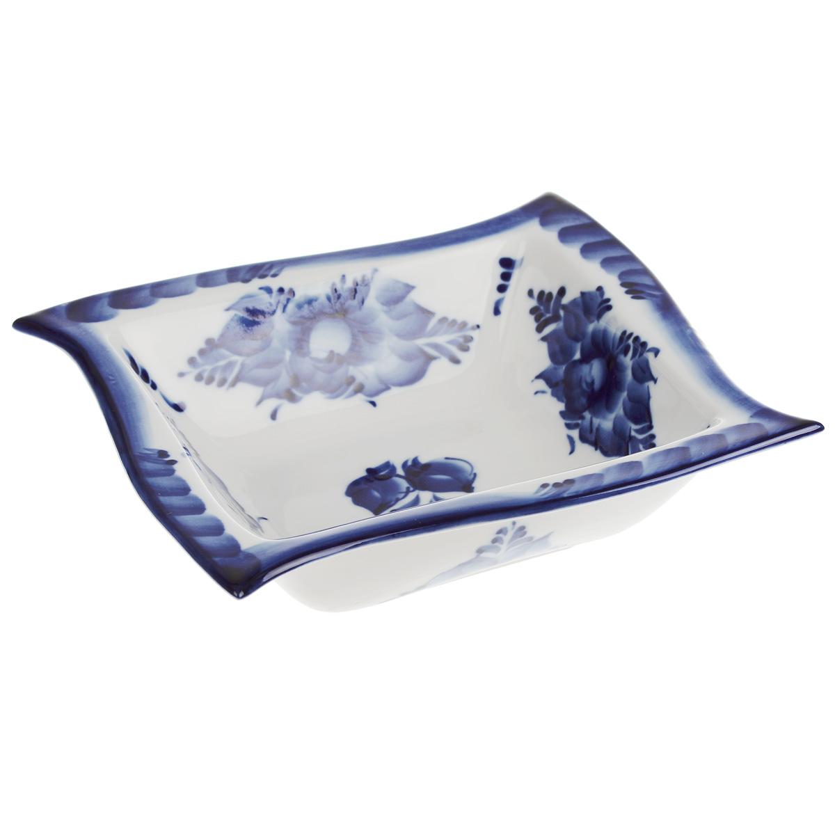 Салатник Волна, цвет: белый, синий, 17,5 х 17,5 х 4,5 см115610Салатник Волна, изготовленный из фарфора, доставит истинное удовольствие ценителям прекрасного. Изделие оформлено росписью в технике гжель. Яркий дизайн, несомненно, придется вам по вкусу.Салатник Волна украсит ваш кухонный стол, а также станет замечательным подарком к любому празднику.