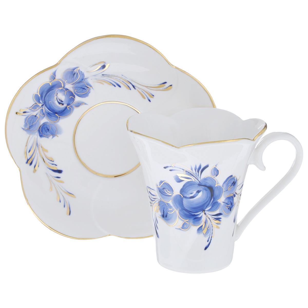 Чайная пара Пион, цвет: белый, синий, золотой, 2 предмета. 995161510115610Чайная пара Пион состоит из чашки и блюдца, изготовленных из фарфора белого цвета, и расписаны вручную. Яркий дизайн, несомненно, придется вам по вкусу.Чайная пара Пион украсит ваш кухонный стол, а также станет замечательным подарком к любому празднику.Не применять абразивные чистящие средства. Не использовать в микроволновой печи. Мыть с применением нейтральных моющих средств. Не рекомендуется использовать в посудомоечных машинах.Объем чашки: 200 мл.Диаметр чашки по верхнему краю: 8,5 см.Диаметр основания: 4,5 см.Высота чашки: 9 см.Диаметр блюдца: 14 см.