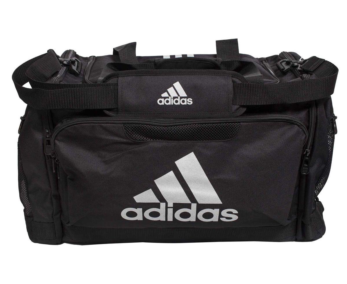 Сумка спортивная Adidas Nylon Team Bag Boxing, цвет: черный. Размер МadiACC104LUX-BСпортивная сумка Adidas Nylon Team Bag Boxing изготовлена из полиэстера. Лицевая сторона сумки оформлена оригинальным принтом. Она предназначена для переноски и хранения спортивного инвентаря и других нужных для занятия спортом предметов. Сумка состоит из 1 большого отделения и 3 внешних карманов. Имеет удобный плечевой ремень.