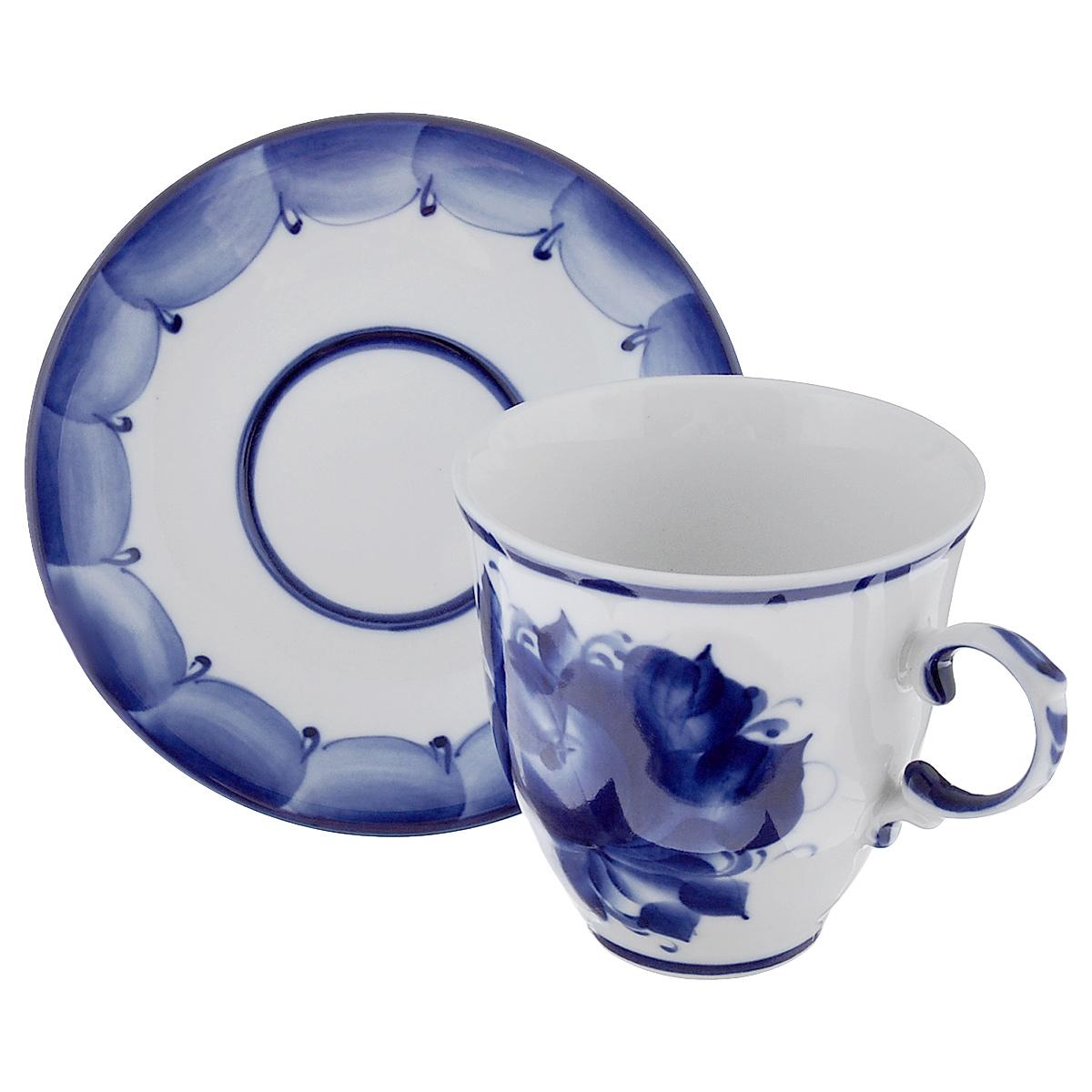 Чайная пара Чародейка, цвет: белый, синий, 2 предмета993067012Чайная пара Чародейка выполнена из высококачественной керамики, состоит из чашки и блюдца оформленных гжельской росписью. Яркий дизайн, несомненно, придется вам по вкусу. Чайная пара Чародейка украсит ваш кухонный стол, а также станет замечательным подарком к любому празднику. Гжель - один из традиционных российских центров производства керамики и известный народный художественный промысел России. Производят изделия в Московской области, в обширном районе из 27 деревень, называемых Гжельский куст. Профессиональные мастера сохраняют традиции росписи и создают истинные шедевры. Ей характерна изящная роспись в синих тонах на белом фоне. Традиционными считаются изображения птиц, цветов и узоров. Обращаем ваше внимание, что роспись на изделие сделана вручную. Рисунок может немного отличаться от изображения на фотографии. Объем чашки: 250 мл. Диаметр чашки по верхнему краю: 9 см. Диаметр дна чашки: 4,5 см. Высота чашки: 9 см. ...