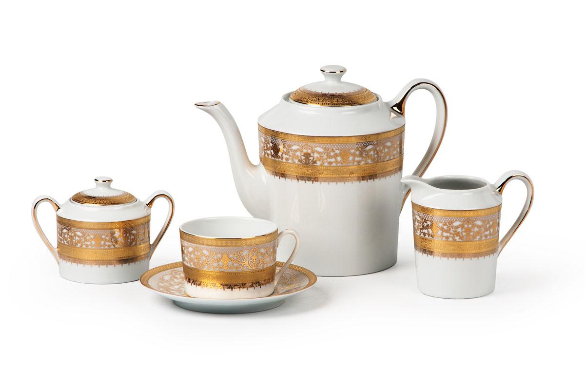 Mimosa 1645, Сервиз чайный 15 предметов539509 1645Чайник 1,2л, сахарница 250мл, молочник 220мл, чайная пара 220 мл *6 штук 210мл. Фарфор фабрики Tunisie Porcelaine, производится в Тунисе из знаменитой своим качеством и белизной глины, добываемой во французской провинции Лимож.Преимущества этого фарфора заключаются в устойчивости к сколам и трещинам, что возможно благодаря двойному термическому обжигу. Европейский дизайн, декор и формы обеспечиваются за счет тесного сотрудничества фабрики с ведущими мировыми дизайн-бюро такими как: Nelly Reynal, Yves De la Rosiere, Sarah Anderson, Heracles. Материал: фарфор, цвет: белый с золотом