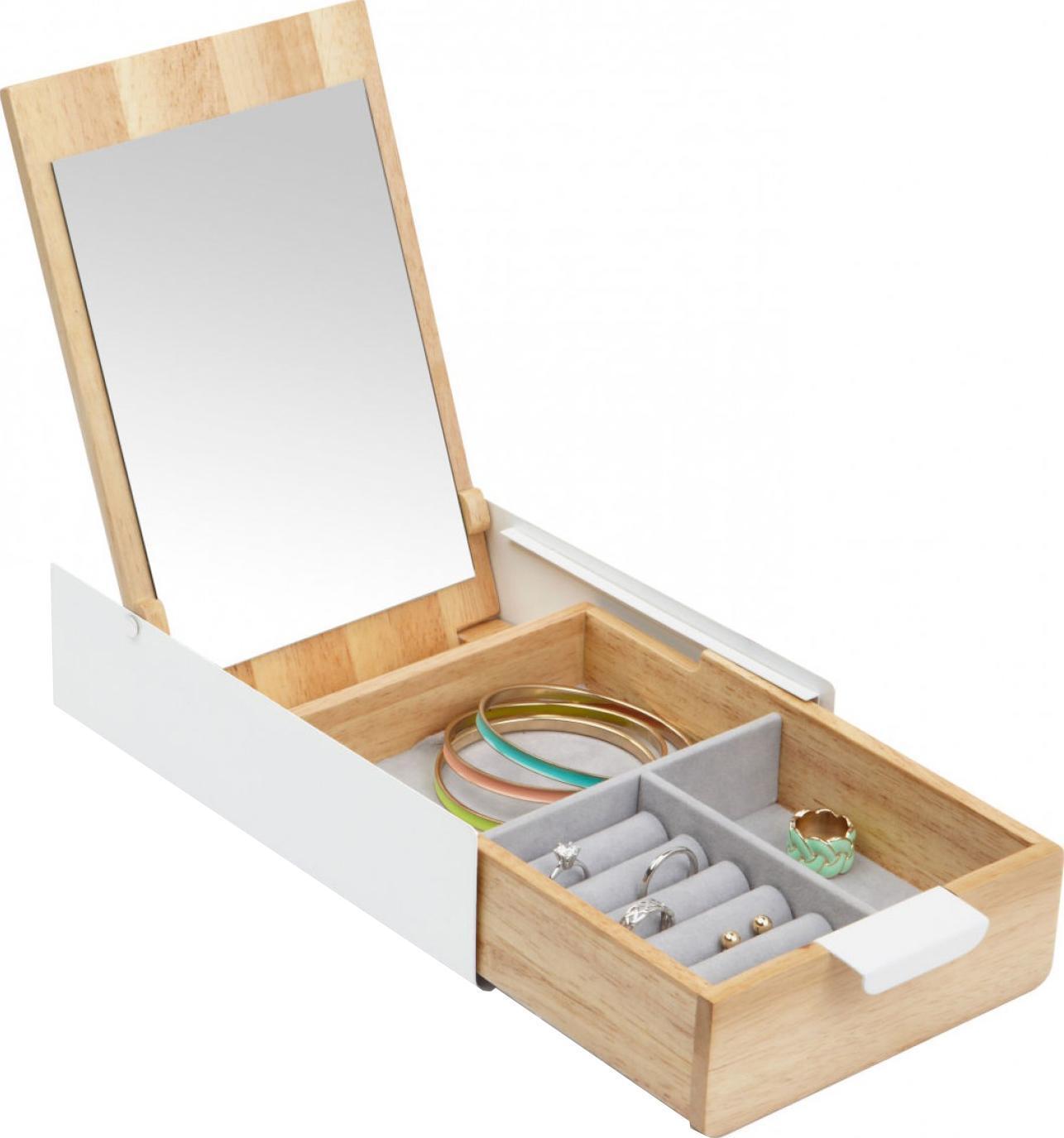 Шкатулка для украшений Reflexion290242-668Шкатулка для украшений, внутри которой прячется зеркало (так что теперь не надо никуда бежать, чтобы вдеть в уши серьги). Просто потяните за ручку - и раз! - конструкция откроется, разложив перед вами весь арсенал драгоценностей. Несколько отделений разного размера и конфигурации помогут разместить аксессуары так, чтобы они не спутались и не смешались. А симпатичное сочетание натурального дерева и белого металла сделают шкатулку украшением любой полки.