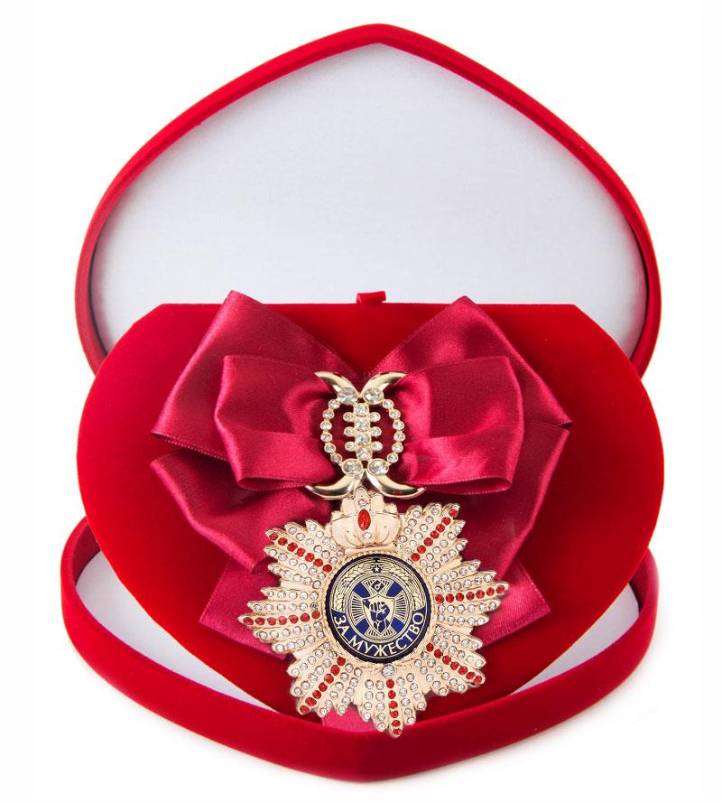 Большой Орден За мужество малиновая лента010120002Хороший памятный подарок - большой подарочный орден на атласной ленте, упакованный в изящный футляр.