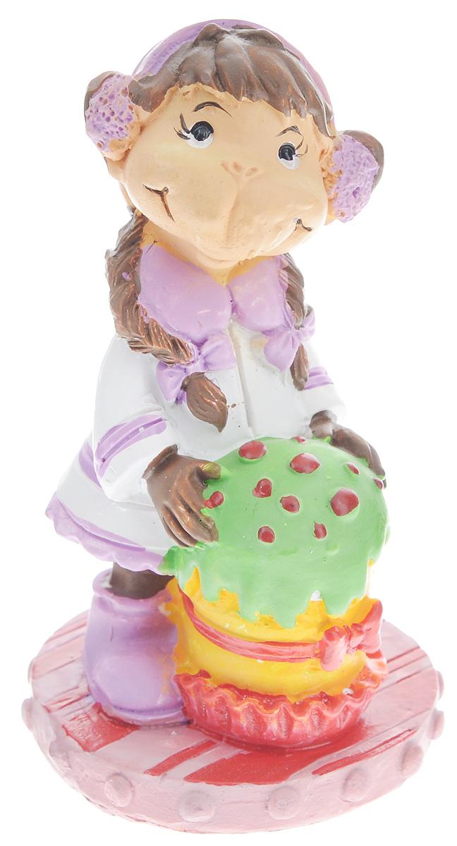 Фигурка декоративная Обезьянка с тортом, высота 7,6 см38226Новогодняя декоративная фигурка Обезьянка с тортом станет оригинальным подарком для всех любителей стильных вещей. Сувенир выполнен из высококачественной полирезины в виде обезьяны с тортом. Изысканный сувенир станет прекрасным дополнением к интерьеру. Вы можете поставить фигурку в любом месте, где она будет удачно смотреться и радовать глаз.