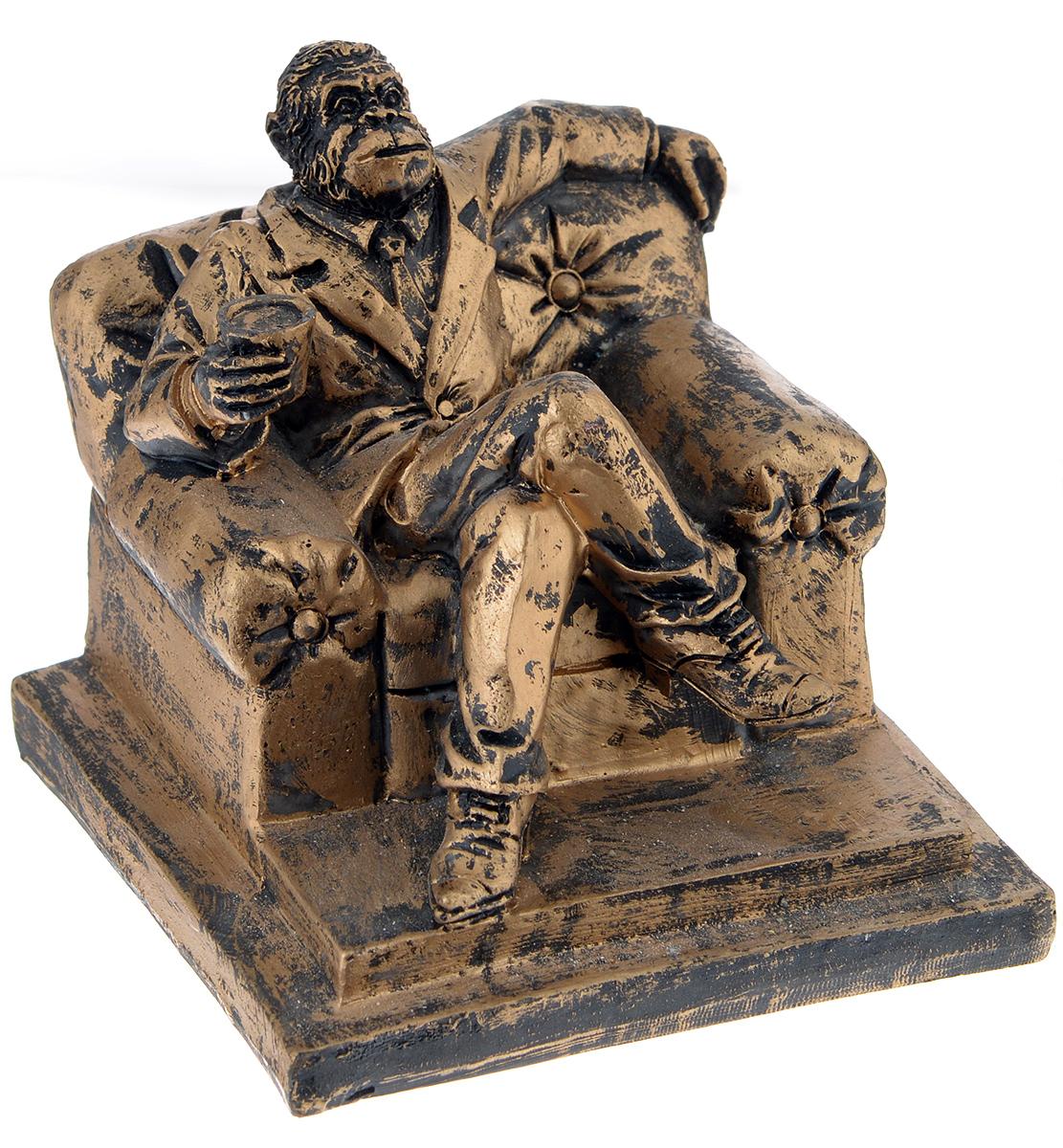 Фигурка декоративная Обезьяна в кресле, высота 9,8 см38229Декоративная фигурка Обезьяна в кресле станет оригинальным подарком для всех любителей стильных вещей. Сувенир выполнен из высококачественной полирезины в форме обезьяны в кресле. Изысканный сувенир станет прекрасным дополнением к интерьеру. Вы можете поставить фигурку в любом месте, где она будет удачно смотреться и радовать глаз.