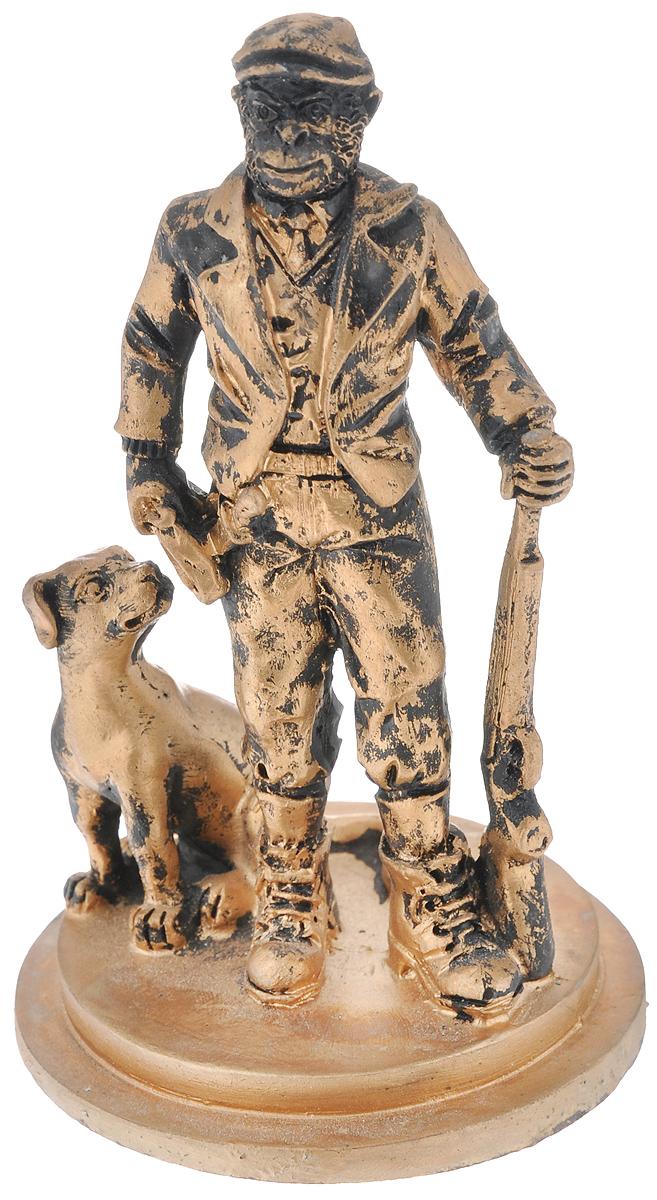 Фигурка декоративная Обезьяна-охотник с собакой, цвет: бронзовый, 7,4 см х 7,4 см х 12,2 см38235Новогодняя декоративная фигурка Обезьяна-охотник с собакой прекрасно подойдет для праздничного декора вашего дома. Сувенир выполнен из высококачественного полирезина в форме обезьяны с собакой. Такая оригинальная фигурка оформит интерьер вашего дома или офиса в преддверии Нового года. Оригинальный дизайн и красочное исполнение создадут праздничное настроение. Кроме того, это отличный вариант подарка для ваших близких и друзей.