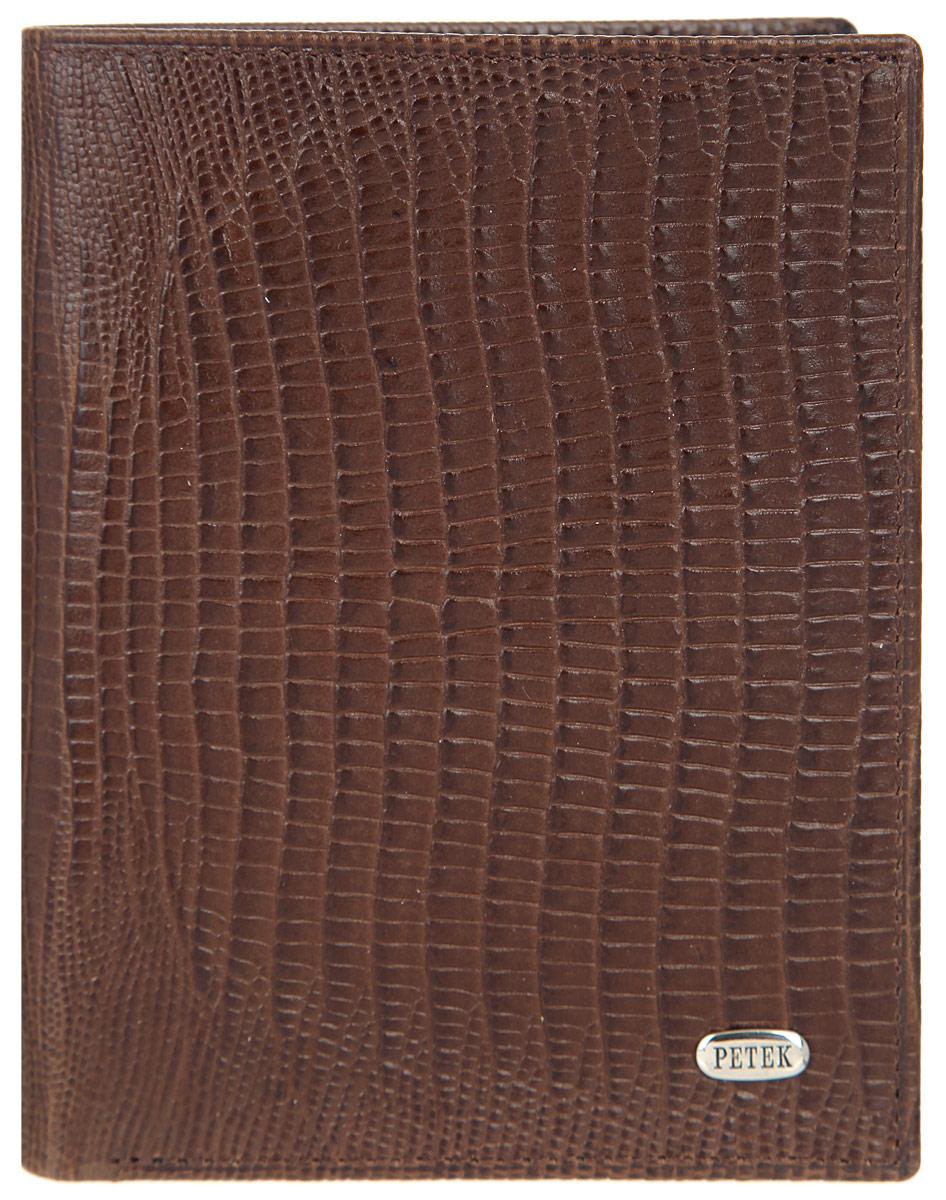 Портмоне мужское Petek 1855, цвет: коричневый. 184.041.022-037-009Стильное мужское портмоне Petek 1855 выполнено из натуральной кожи. Лицевая сторона оформлена металлической пластиной с гравировкой в виде названия бренда.Изделие раскладывается пополам. Портмоне содержит четыре кармашка для кредиток или пластиковых карт (один из которых с окошком из прозрачного пластика), один потайной карман и два отделения для купюр.Изделие упаковано в фирменную коробку.Такое портмоне станет отличным подарком для человека, ценящего качественные и стильные вещи.