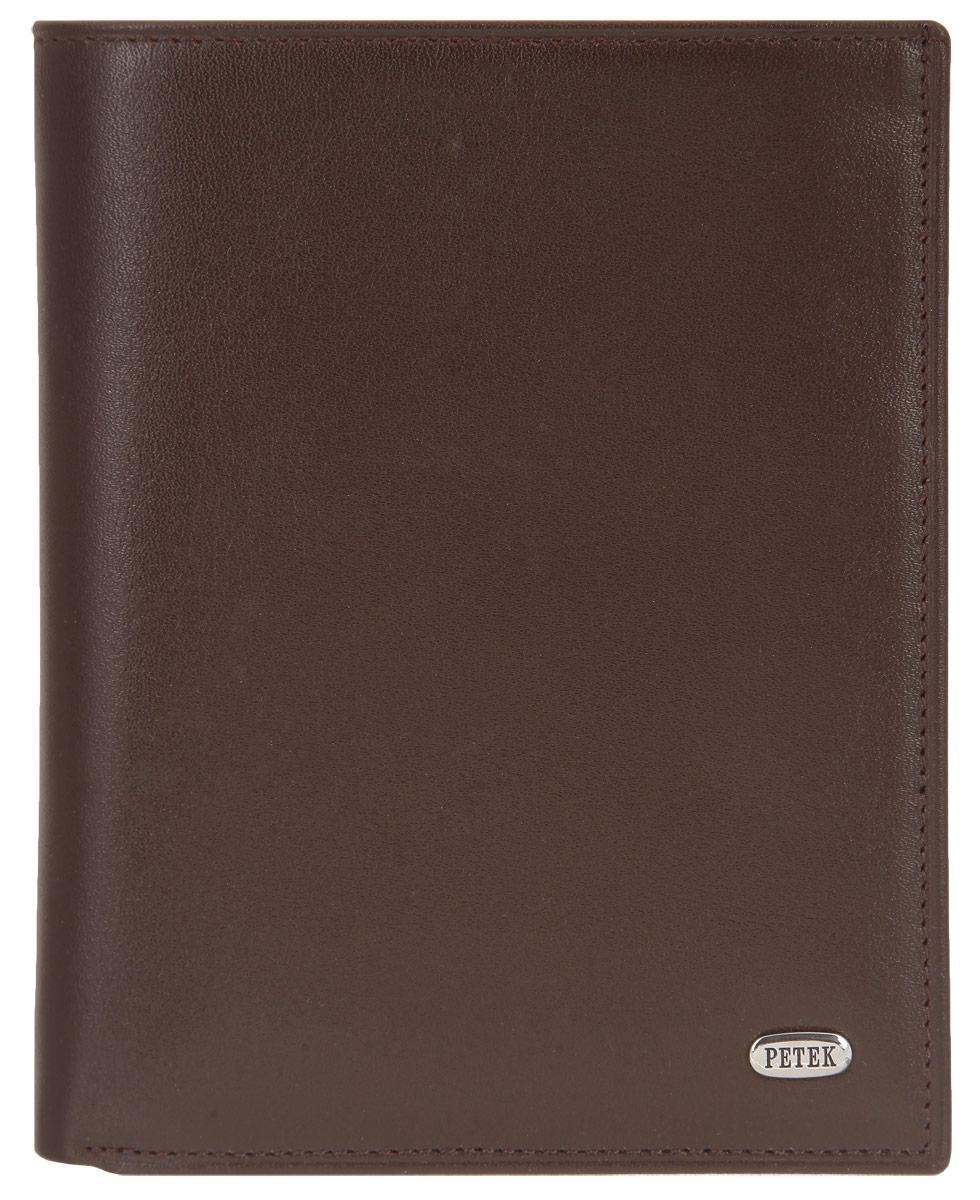 Портмоне мужское Petek 1855, цвет: коричневый. 251.000.222A16-11154_711Стильное мужское портмоне Petek 1855 выполнено из натуральной кожи с зернистой поверхностью. Лицевая сторона оформлена металлической пластиной с гравировкой в виде названия бренда.Изделие раскладывается пополам. Портмоне содержит четыре кармашка для кредиток или пластиковых карт, два потайных кармана, конверт для монет, закрывающийся клапаном на застежку-кнопку, два кармана с окошком из прозрачного материала для фотографий или документов и одно отделение для купюр.Изделие упаковано в фирменную коробку.Такое портмоне станет отличным подарком для человека, ценящего качественные и стильные вещи.