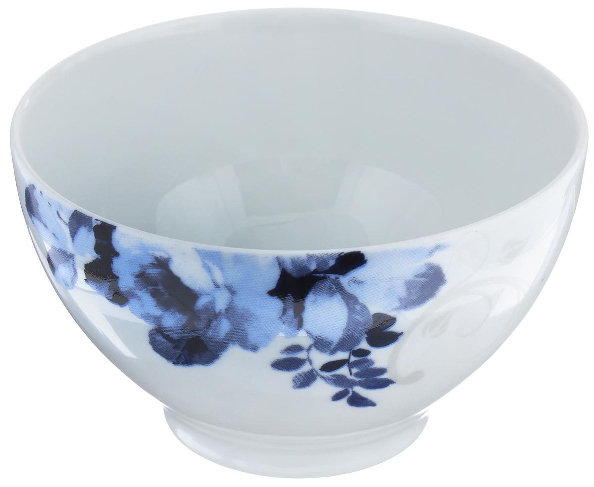 Салатник La Rose Des Sables Mimosa, диаметр 13 см533913 1780Салатник La Rose Des Sables Mimosa - прекрасное дополнение праздничного стола. Изделие выполнено из высококачественного фарфора и украшено изысканным цветочным орнаментом в синих тонах. Фарфор марки La Rose Des Sables изготавливается из уникальной белой глины, которая добывается во Франции, в знаменитой провинции Лимож. Особые свойства этой глины, открытые еще в 18 веке, позволяют создать удивительно тонкую, легкую и при этом прочную посуду. Лиможский фарфор известен по всему миру. Это символ утонченности, аристократизма и знак высокого вкуса. Продукция импортируется в европейские страны и производится под брендом La Rose des Sables, что в переводе означает Роза песков. Преимущества этого фарфора заключаются в устойчивости к сколам и трещинам, что возможно благодаря двойному термическому обжигу. Посуда имеет маркировку Pate de Limoges, подтверждающую, что сырье для ее изготовления добыто именно в провинции Лимож, а качество соответствует европейским...