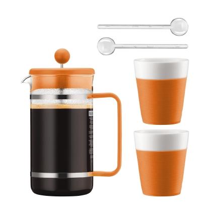 Набор кофейный Bodum Bistro, цвет: оранжевый, белый, 5 предметовAK1508-116-Y15Сочетание эстетики стекла и пластика ярких цветов превращает Bodum Bistro в элегантный аксессуар, создающий атмосферу утонченности и уюта. Кофейник с френч-прессом, две кружки и удлиненные ложки для безопасного размешивания - набор из пяти предметов органично дополнит интерьер кухни или выступит отличным подарком на знаменательную дату. Колба кофейника и чашки Bodum Bistro изготовлены из боросиликатного стекла, устойчивого не только к высокой температуре, но и царапинам, потертостям и прочим мелким повреждениям. В набор входят: Кофейник с прессом, 1 л; 2 стакана по 300 мл; 2 мерные ложки.
