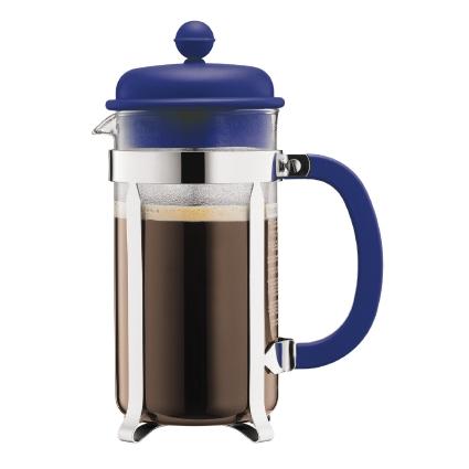 Кофейник Bodum Caffettiera, с прессом, цвет: синий, 1 л94672Кофейник Bodum Caffettiera представляет собой колбу из термостойкого стекла в оправе из полированной нержавеющей стали. Кофейник оснащен фильтром french press из нержавеющей стали, который позволяет легко и просто приготовить отличный напиток. Ручка и крышка кофейника выполнены из прочного пластика. Благодаря такому кофейнику приготовление вкуснейшего ароматного и крепкого кофе займет всего пару минут. Настоящим ценителям натурального кофе широко известны основные и наиболее часто применяемые способы его приготовления: эспрессо, по-турецки, гейзерный. Однако существует принципиально иной способ, известный как french press, благодаря которому приготовление ароматного напитка стало гораздо проще. Весь процесс приготовления кофе займет не более 7 минут.