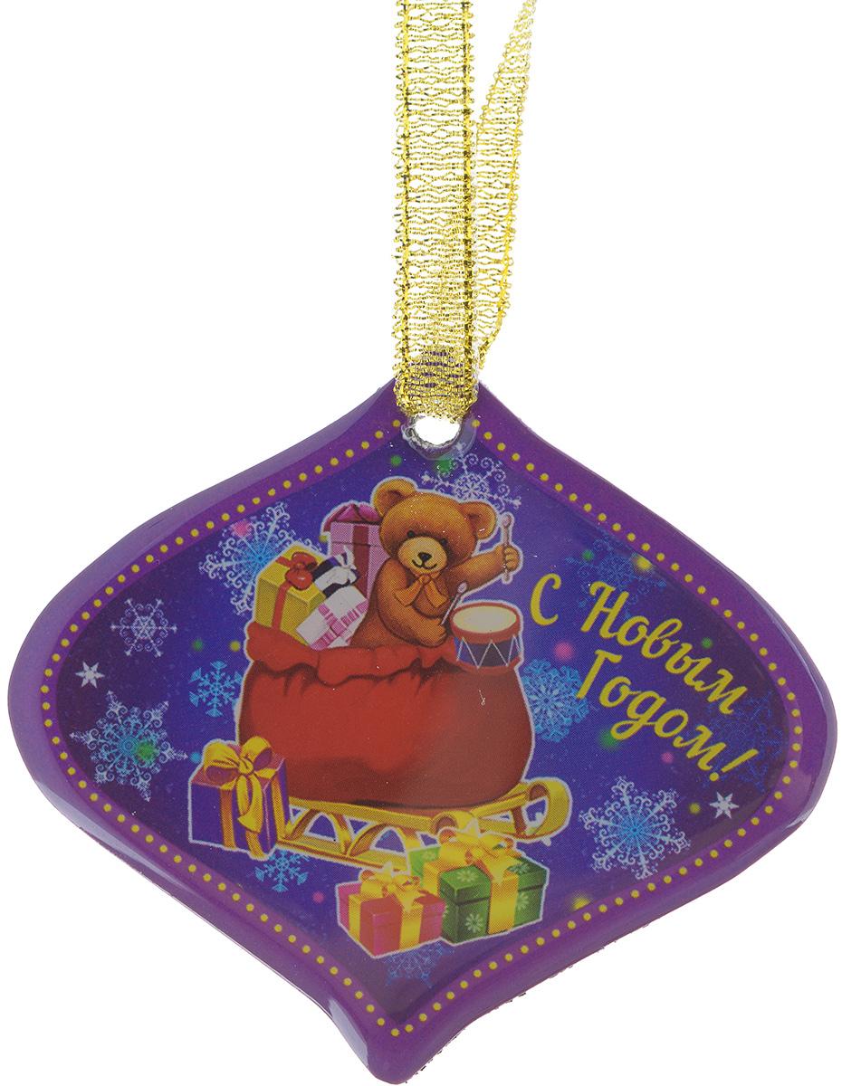 Магнит Феникс-презент Мишка в мешке, 6 x 7 см38385Магнит Феникс-презент Мишка в мешке, изготовленный из агломерированного феррита, оформлен красочным изображением и надписью С Новым годом!. Благодаря специальной текстильной петельке изделие можно прикрепить не только на магнитную поверхность, но и подвесить в любом понравившемся вам месте. Такой магнит пополнит коллекцию уже существующих сувениров или станет началом новой коллекции. Он надолго сохранит память о замечательном дне и о том, кто вручил подарок. Материал: агломерированный феррит, текстиль.