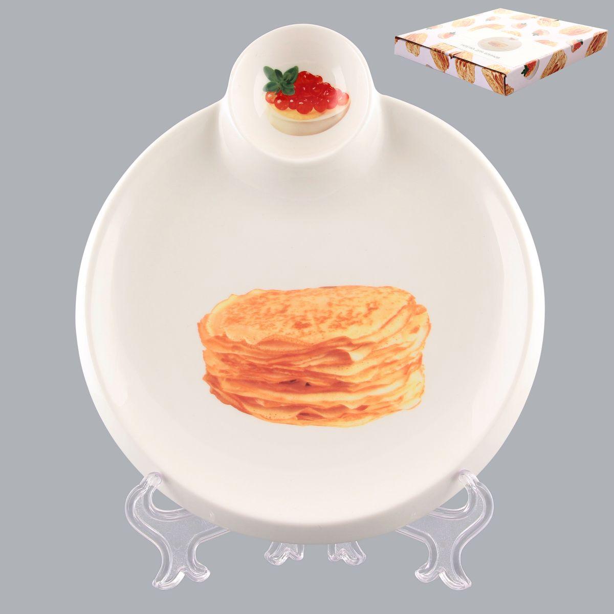Тарелка для блинов Elan Gallery Блины, с соусницей, диаметр 20 см101211Круглая тарелка Elan Gallery Блины, изготовленная из керамики и декорированная ярким и аппетитным изображением, позволит красиво подать блины. А благодаря небольшой соуснице вам не потребуется дополнительной посуды под варенье или соус. Такая тарелка украсит сервировку вашего стола и подчеркнет прекрасный вкус хозяина, а также станет отличным подарком. Диаметр тарелки: 20 см. Высота: 2 см. Диаметр соусницы: 6 см.