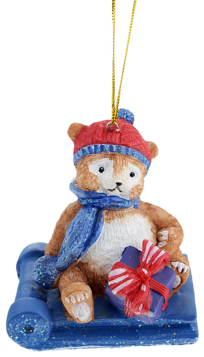 Новогоднее подвесное украшение Феникс-Презент Мишка в санках38313Новогоднее украшение Феникс-Презент Мишка в санках, изготовленное из высококачественного полирезина, прекрасно подойдет для праздничного декора дома и новогодней ели. С помощью специальной текстильной петельки его можно повесить в любом понравившемся вам месте. Елочная игрушка - символ Нового года. Она несет в себе волшебство и красоту праздника. Создайте в своем доме атмосферу веселья и радости, украшая новогоднюю елку нарядными игрушками, которые будут из года в год накапливать теплоту воспоминаний.