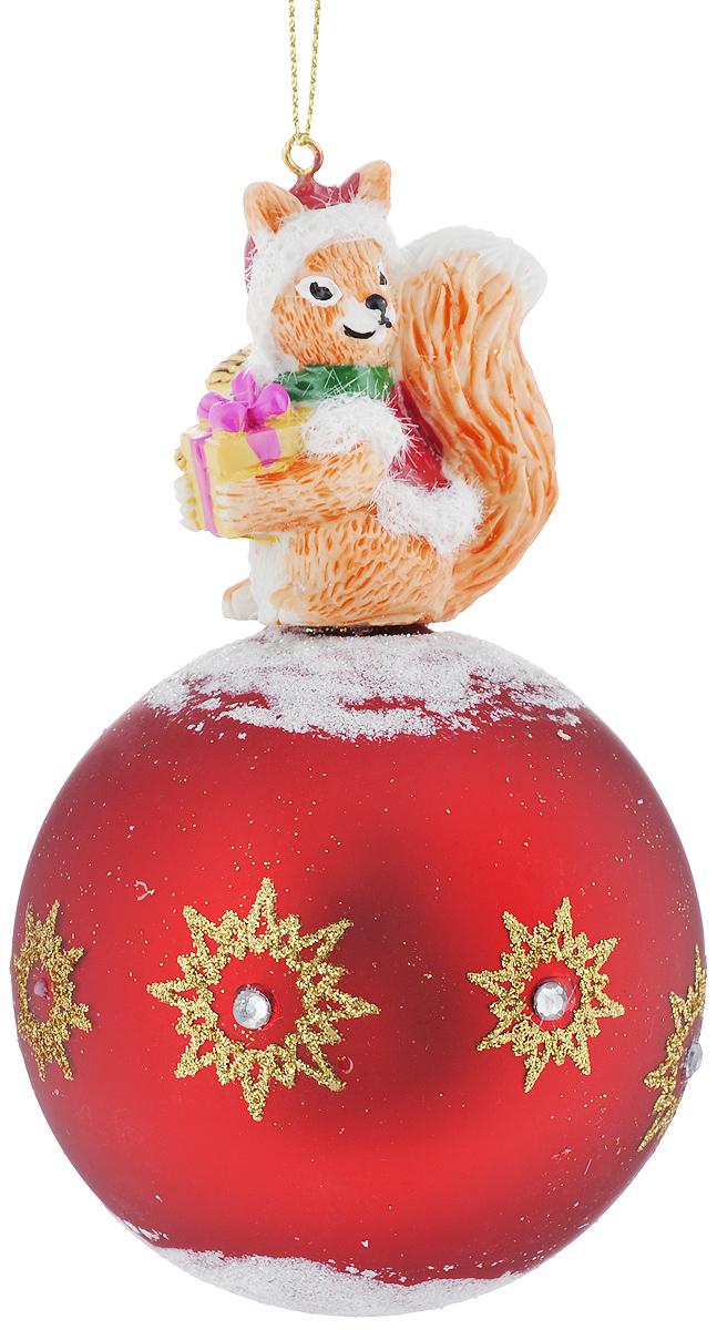 Новогоднее подвесное украшение Феникс-Презент Белочка с подаркомKT415EНовогоднее украшение Феникс-Презент Белочка с подарком отлично подойдет для декорации вашего дома и праздничной ели. Изделие выполнено из стекла в виде шара, декорированного фигуркой белки из полирезина, и оснащено текстильной петелькой для подвешивания. Елочная игрушка - символ Нового года. Она несет в себе волшебство и красоту праздника. Создайте в своем доме атмосферу веселья и радости, украшая всей семьей новогоднюю елку нарядными игрушками, которые будут из года в год накапливать теплоту воспоминаний.