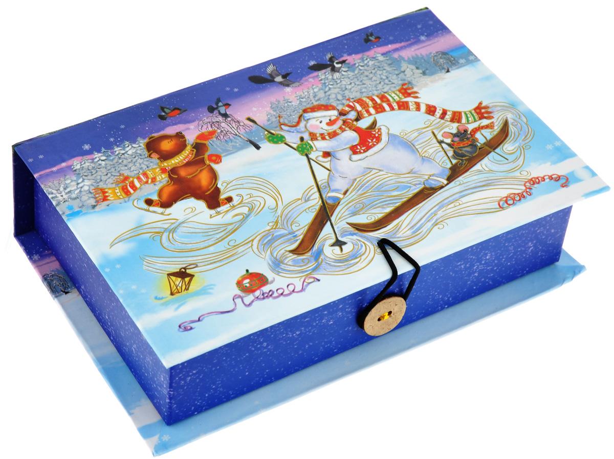 Подарочная коробка Феникс-Презент Снеговик на лыжах, 18 х 12 х 5 смNLED-444-7W-BKПодарочная коробка Феникс-Презент Снеговик на лыжах выполнена из плотного картона. Крышка оформлена ярким изображением новогодней елки и снеговиков. Коробка закрывается на пуговицу. Подарочная коробка - это наилучшее решение, если вы хотите порадовать ваших близких и создать праздничное настроение, ведь подарок, преподнесенный в оригинальной упаковке, всегда будет самым эффектным и запоминающимся. Окружите близких людей вниманием и заботой, вручив презент в нарядном, праздничном оформлении.