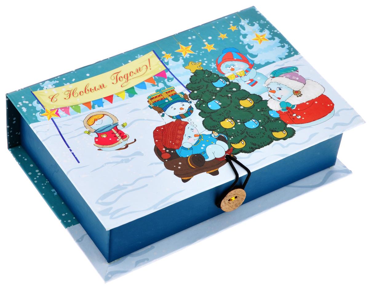 Подарочная коробка Феникс-Презент Снеговики с елочкой, 18 см х 12 см х 5 смKOC_GIR288LEDBALL_RПодарочная коробка Феникс-Презент Снеговики с елочкой выполнена из плотного картона. Крышка оформлена ярким изображением новогодней елки и снеговиков. Коробка закрывается на пуговицу. Подарочная коробка - это наилучшее решение, если вы хотите порадовать ваших близких и создать праздничное настроение, ведь подарок, преподнесенный в оригинальной упаковке, всегда будет самым эффектным и запоминающимся. Окружите близких людей вниманием и заботой, вручив презент в нарядном, праздничном оформлении.