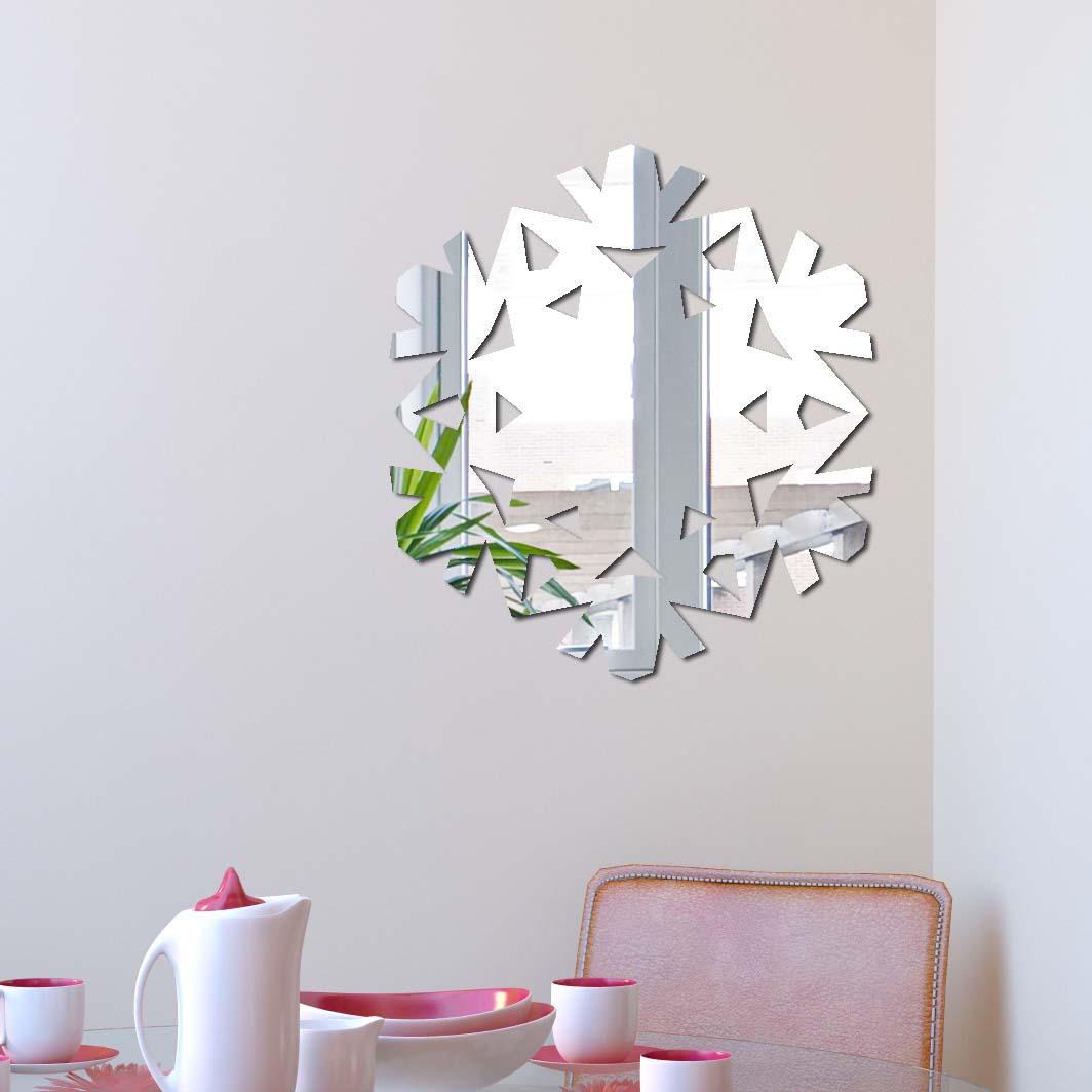 Декоративное зеркало Paris-Paris Снежинка, 29 см х 32 смПР01334Фигурное зеркало Paris-Paris - это яркий декоративный объект, по отражающим свойствам не уступающий классическому стеклянному зеркалу. Всегда разные в зависимости от того, где они располагаются, зеркала Paris-Paris каждый раз вступают в новый диалог с интерьером! Зеркало из гибкого органического стекла. Этот легкий и прочный материал по сравнению с обычным стеклом более устойчив к повреждениям и обеспечивает максимальный визуальный эффект. Крепится к стене при помощи специального двустороннего скотча входящего в комплект. Инструкция: Если вы уже выбрали место для вашего зеркала, весь процесс займет 3 минуты. Стена должна быть чистой и сухой. Снимите защитную пленку с клейкой ленты на обратной стороне зеркала; Разместите зеркало на стене; Аккуратно снимите с зеркала защитную пленку.
