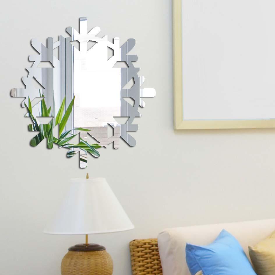 Декоративное зеркало Paris-Paris Снежинка, диаметр 32 смПР01331Фигурное зеркало Paris-Paris - это яркий декоративный объект, по отражающим свойствам не уступающий классическому стеклянному зеркалу. Всегда разные в зависимости от того, где они располагаются, зеркала Paris-Paris каждый раз вступают в новый диалог с интерьером! Зеркало из гибкого органического стекла. Этот легкий и прочный материал по сравнению с обычным стеклом более устойчив к повреждениям и обеспечивает максимальный визуальный эффект. Крепится к стене при помощи специального двустороннего скотча входящего в комплект. Инструкция: Если вы уже выбрали место для вашего зеркала, весь процесс займет 3 минуты. Стена должна быть чистой и сухой. Снимите защитную пленку с клейкой ленты на обратной стороне зеркала; Разместите зеркало на стене; Аккуратно снимите с зеркала защитную пленку.