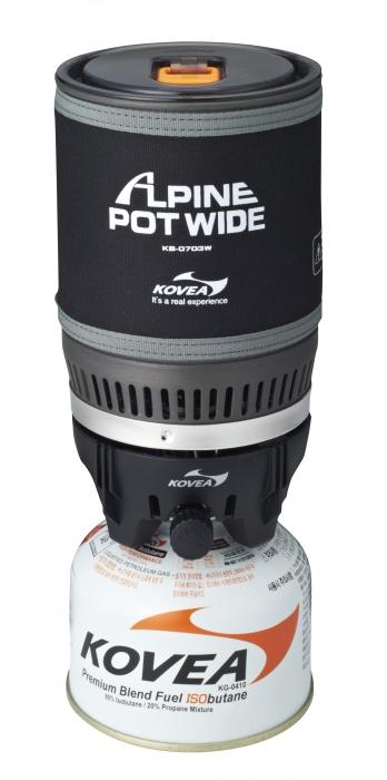 Горелка газовая Kovea Alpine Pot Wide KB-0703WSPIRIT ED 1050Газовая горелка Kovea KB-0703W Alpine Pot Wide - интегрированная система для приготовления пищи в экстремальных условиях. Это аналог уже нашумевшей и известной во всем мире системы Jetboil PCS.Такого количества плюсов не найдется ни в каком другом комплекте горелка + кастрюля. Основная идея заключается в специальном теплообменнике, который приварен ко дну кастрюли и в два раза более эффективно передает тепло от пламени. Благодаря этому 1 литр воды закипает через 3 минуты при вдвое меньшей мощности горелки. Малая мощность газовой горелки делает ее работу стабильной в зимнее время, поскольку баллон меньше замерзает, и легче поддерживается мощность. А также вдвое уменьшается расход газа при том же времени кипячения воды.Пламя не задувается ветром, так как находится внутри устройства. Теплопотери ничтожны. Прозрачная крышка позволяет контролировать момент закипания воды, а выдвигающийся за пределы кастрюли регулятор мощности дает возможность выключить горелку, даже если кипяток уже хлещет через край. Систему можно держать в руках, даже когда в ней закипает вода. Неопреновый чехол позволяет брать ее голыми руками, хотя у системы очень удобные складные ручки, которые прочно приварены к корпусу кастрюли и позволяют аккуратно перелить кипяток в кружку. Горелка с газовым баллоном жестко крепится к кастрюле, что позволяет держать систему в руках даже во время ходьбы или подвесить в машине, на скале, в палатке или на яхте. И готовить, не останавливаясь на привал. По окончании приготовления пищи все части системы компактно складываются в собственную кастрюлю, предоставляя для упаковки единый, не разваливающийся и не гремящий предмет.Система может применяться абсолютно везде и всегда. И зимой, и летом она пригодится альпинистам и туристам, рыбакам и охотникам, яхтсменам и водникам, в машине, на даче и просто для отдыха на природе с семьей. Везде вы получите кружку горячего чая или кофе всего за 3 минуты! Горелка работае