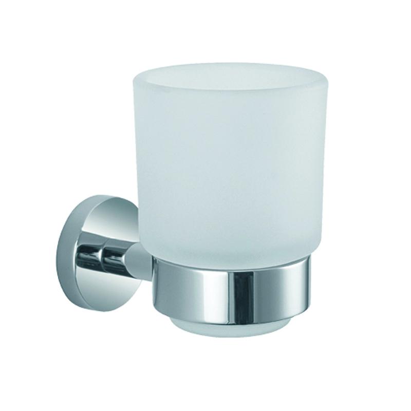 Стакан подвесной Gro Welle RubeRBE551Стакан для ванной комнаты Gro Welle Rube изготовлен из высококачественного матового стекла. Для стакана предусмотрен специальный держатель, выполненный из латуни с хромированным покрытием. Хромоникелевое покрытие Crystallight придает изделию яркий металлический блеск и эстетичный внешний вид. Имеет водоотталкивающие свойства, благодаря которым защищает изделие. Устойчив к кислотным и щелочным чистящим средствам. Изделие быстро и просто крепится к стене, крепежные материалы входят в комплект. В стакане удобно хранить зубные щетки, пасту и другие принадлежности. Диаметр стакана по верхнему: 7,4 см. Высота стакана: 10,3 см. Отступ стакана от стены: 10,7 см.