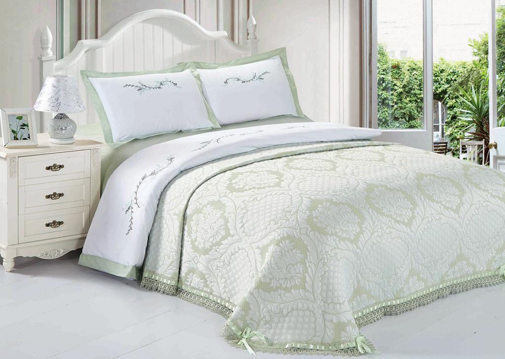Комплект белья SL, евро, наволочки 50х70, цвет: оливковый. 10393S03301004Комплект постельного белья SL состоит из пододеяльника, простыни и 2 наволочек. Он украшен машинной вышивкой высшего качества. Нитки не станут выбиваться, нанесенный на нити стойкими красителями цвет не выцветет и не полиняет. В сатине высокой плотности нити очень сильно скручены, поэтому ткань гладкая и немного блестит. Краска на сатине держится очень хорошо, новое белье не полиняет и со временем не станет выцветать. Комплект из плотного сатина прослужит дольше любого другого хлопкового белья. Благодаря диагональному пересечению нитей, он почти не мнется, но по гладкости и мягкости уступает атласным тканям.