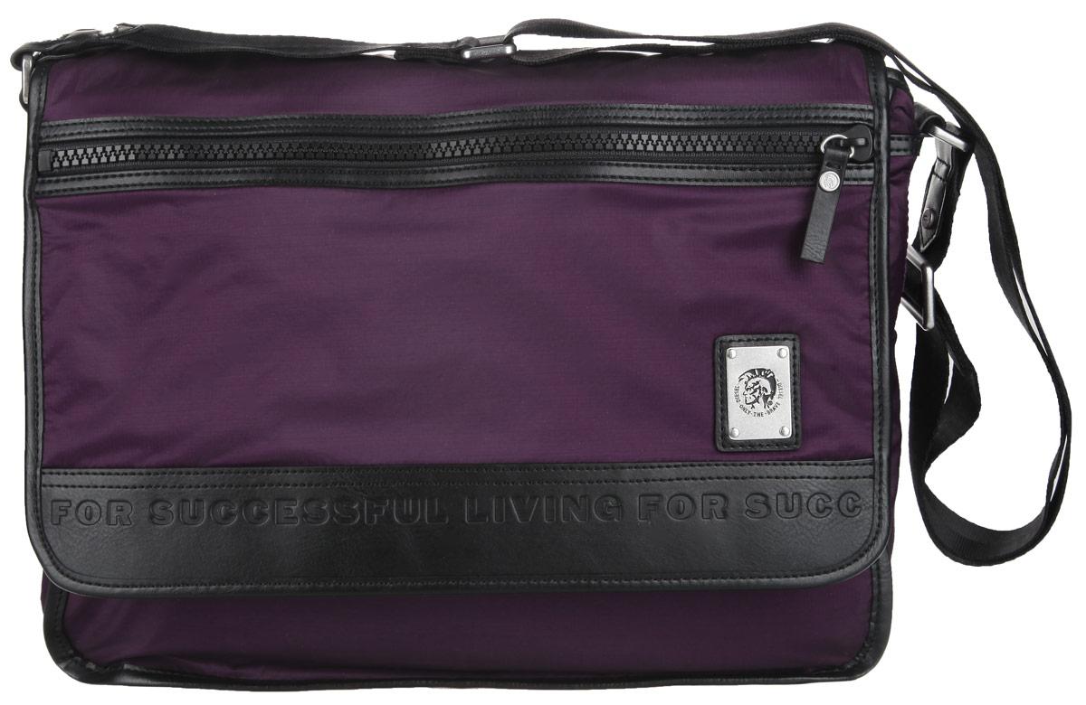 Сумка мужская Diesel, цвет: фиолетовый. X03487-P0689/T5081X03487-P0689/T5081Стильная и практичная сумка Diesel выполнена из полиэстера, оформлена символикой бренда. Изделие содержит одно отделение, которой закрывается хлястиком на липучки. В основном отделении сумки размещен мягкий накладной карман для ноутбука, для фиксации которого предусмотрен хлястик с липучкой. Снаружи, в откидной части сумки, расположен врезной карман на молнии. Сумка оснащена удобным плечевым ремнем, длина которого регулируется при помощи пряжки. Практичная сумка Diesel прекрасно дополнит ваш образ.