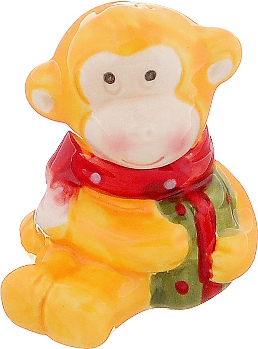 Сувенир Sima-land Обезьянка в шарфике, цвет: желтый, 4 см х 3,7 см х 5 см1056091_желтыйСувенир Sima-land Обезьянка в шарфике выполнен из керамики в виде забавной обезьянки. Он привлекает к себе внимание и буквально умиляет, заставляя улыбнуться. Такой сувенир станет отличным подарком родным или друзьям на Новый год, а также он украсит интерьер вашего дома или офиса.