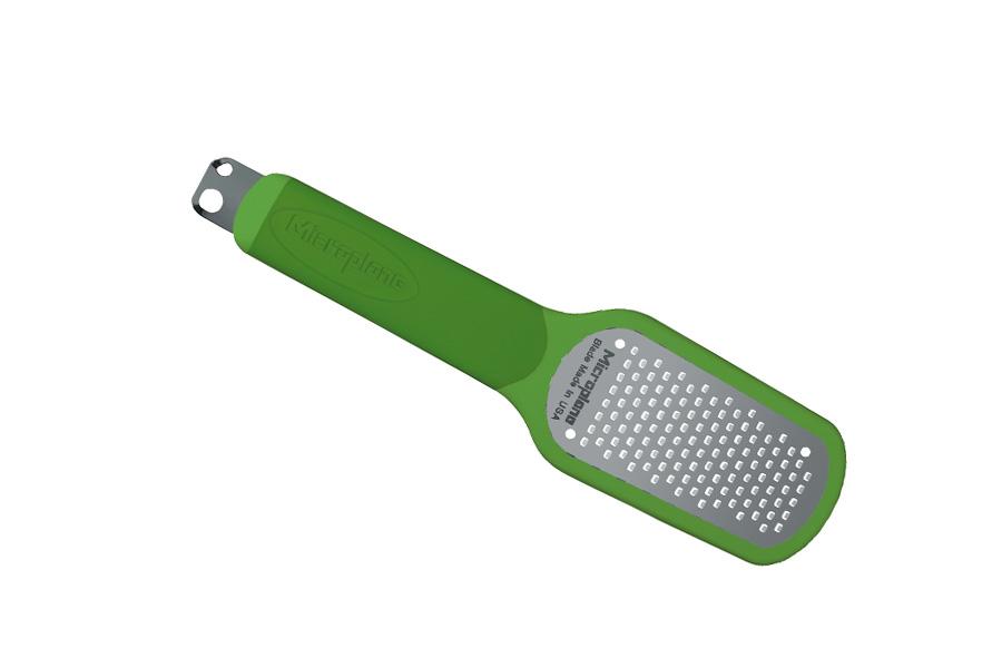 Терка для цедры, цвет :зеленый Microplane34720Терка Microplane имеет 3 функции: натирание цедры лимона, очистка лимона, создание стружки (2 размеров). Лезвие выполнено из нержавеющей 302 стали с эргономичной резиновой рукояткой. В комплекте имеется защитный пластиковый чехол. Microplane - это легендарные американские терки. Продукцией Microplane пользуются все известные кулинары и повара всего мира, среди них знаменитый шеф-повар Джейми Оливер. Вся продукция Microplane производится на собственном заводе в США. Microplane используют самую качественную нержавеющую сталь. Благодаря уникальному химическому составу, продукция не окисляется и сохраняет большее количество витаминов и полезных веществ в продуктах. Для производства используются нержавеющие стали 410, 301 и 302 - идеальный материал для терок, поэтому продукция Microplane не тупится годами. Запатентованный процесс фотогравировки позволяет создать сверхострые лезвия для продукции.