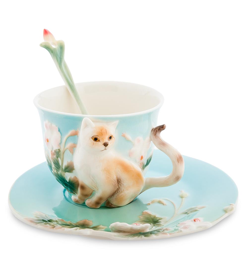 Чайная пара Pavone Британец, 3 предмета105921Чайная пара Pavone Британец состоит из чашки, блюдца и ложечки, изготовленных из фарфора. Предметы набора оформлены изящной объемной кошкой. Чайная пара Pavone Британец украсит ваш кухонный стол, а также станет замечательным подарком друзьям и близким. Изделие упаковано в подарочную коробку с атласной подложкой. Объем чашки: 150 мл. Высота чашки: 7 см. Диаметр блюдца: 15 см.