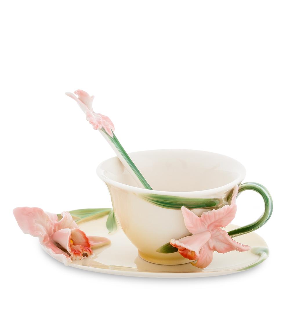 Чайная пара Pavone Орхидея, цвет: персиковый, зеленый, 3 предмета104280Чайная пара Pavone Орхидея состоит из чашки, блюдца и ложечки, изготовленных из фарфора. Предметы набора оформлены объемными изящными цветами. Чайная пара Pavone Орхидея украсит ваш кухонный стол, а также станет замечательным подарком друзьям и близким. Изделие упаковано в подарочную коробку с атласной подложкой. Объем чашки: 120 мл. Диаметр чашки по верхнему краю: 9,5 см. Высота чашки: 5,5 см. Размеры блюдца (без учета высоты декоративного элемента): 16 см х 11 см х 1,5 см. Длина ложки: 13 см.
