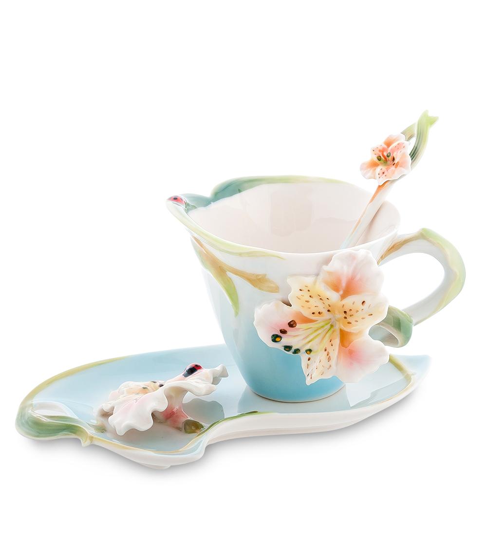 Чайная пара Pavone Лилия, цвет: голубой, зеленый, 3 предмета104281Чайная пара Pavone Лилия состоит из чашки, блюдца и ложечки, изготовленных из фарфора. Предметы набора оформлены изящными объемными цветами. Чайная пара Pavone Лилия украсит ваш кухонный стол, а также станет замечательным подарком друзьям и близким. Изделие упаковано в подарочную коробку с атласной подложкой. Объем чашки: 150 мл. Диаметр чашки по верхнему краю: 9 см. Высота чашки: 8 см. Размеры блюдца: 18 см х 12 см х 1,5. Длина ложки: 13 см.
