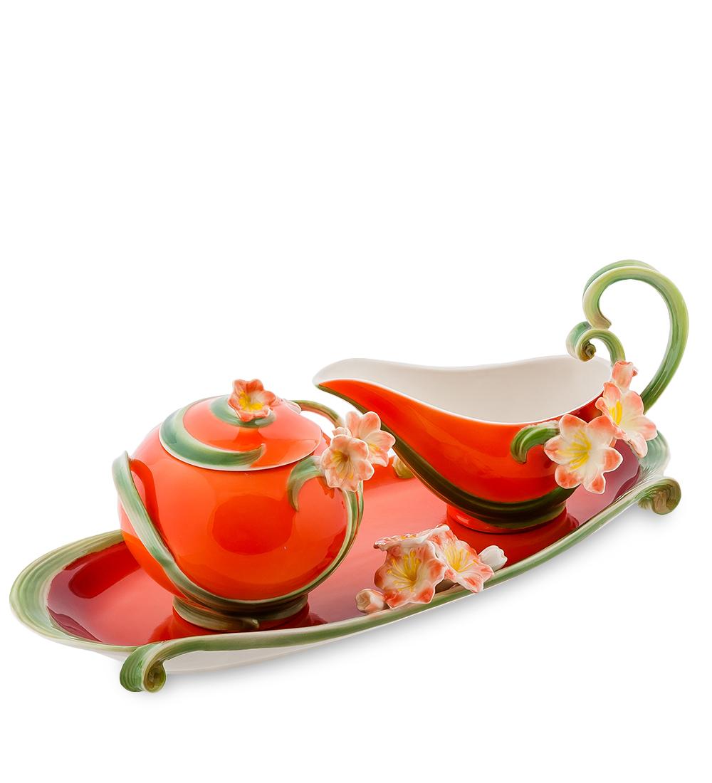 Набор Pavone Кливия, цвет: красный, зеленый, 3 предмета104289Набор Pavone Кливия состоит из сахарницы, молочника и подноса, изготовленных из фарфора. Предметы набора оформлены изящными объемными цветами. Набор Pavone Кливия украсит ваш кухонный стол, а также станет замечательным подарком друзьям и близким. Изделие упаковано в подарочную коробку с атласной подложкой. Объем сахарницы: 270 мл. Высота сахарницы (без учета крышки): 7,5 см. Объем молочника: 150 мл. Высота молочника (без учета ручки): 5,5 см. Размеры подноса (без учета высоты декоративного элемента): 32 см х 11 см х 1,5 см.