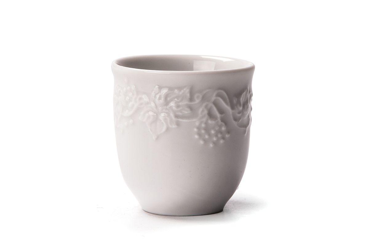 Стаканчик для зубочисток La Rose des Sables Vendanges694538Стаканчик для зубочисток La Rose des Sables Vendanges выполнен из высококачественного тунисского фарфора, изготовленного из уникальной белой глины. На всех изделиях La Rose des Sables можно увидеть маркировку Pate de Limoges. Это означает, что сырье для изготовления фарфора добывают во французской провинции Лимож, и качество соответствует высоким европейским стандартам. Все производство расположено в Тунисе. Особые свойства этой глины, открытые еще в 18 веке, позволяют создать удивительно тонкую, легкую и при этом прочную посуду. Благодаря двойному термическому обжигу фарфор обладает высокой ударопрочностью, стойкостью к сколам и трещинам, жаропрочностью и великолепным блеском глазури. Коллекция Vendanges - это изысканная классика, дополненная нежным рельефом в виде гроздей винограда. Эта белая фарфоровая посуда станет настоящим украшением вашего стола. Прекрасный вариант как для праздничной, так и для повседневной сервировки стола. Можно использовать в СВЧ...