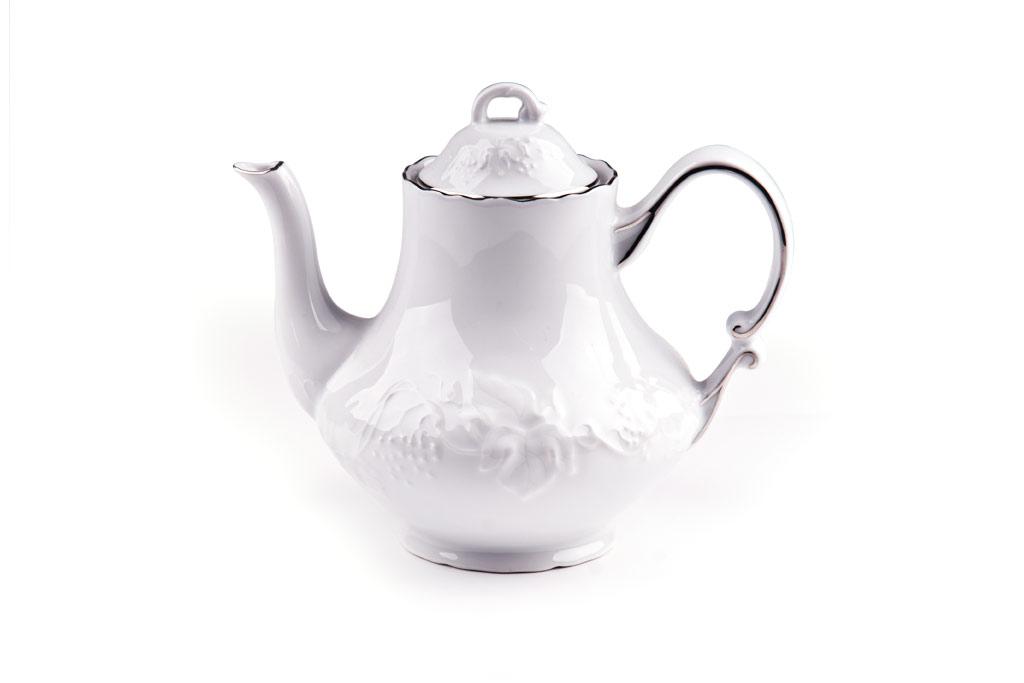 Чайник заварочный La Rose des Sables Vendanges Platine, 1 л6 931 100 019Заварочный чайник La Rose des Sables Vendanges Platine выполнен из высококачественного тунисского фарфора, изготовленного из уникальной белой глины. На всех изделиях La Rose des Sables можно увидеть маркировку Pate de Limoges. Это означает, что сырье для изготовления фарфора добывают во французской провинции Лимож, и качество соответствует высоким европейским стандартам. Все производство расположено в Тунисе. Особые свойства этой глины, открытые еще в 18 веке, позволяют создать удивительно тонкую, легкую и при этом прочную посуду. Благодаря двойному термическому обжигу фарфор обладает высокой ударопрочностью, стойкостью к сколам и трещинам, жаропрочностью и великолепным блеском глазури. Коллекция Vendanges Platine - это изысканная классика, дополненная нежным рельефом в виде гроздей винограда и платиновой эмалью. Эта белая фарфоровая посуда станет настоящим украшением вашего стола. Прекрасный вариант как для праздничной, так и для...
