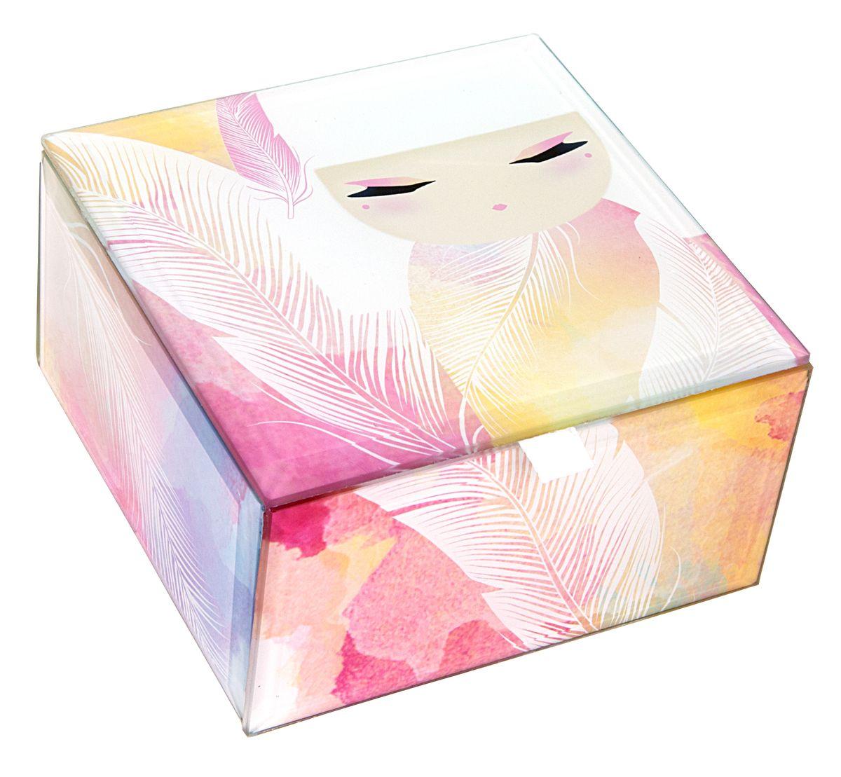 Шкатулка для бижутерии Kimmidoll Мизуйо (Очарование)FS-91909Милая шкатулка для бижутерии Kimmidoll Мизуйо (Очарование) великолепно подойдет для хранения бижутерии, косметики и любых небольших предметов. Прямоугольная шкатулка выполнена из стекла и декорирована красочным изображением очаровательной куколки Мизуйо. Изнутри шкатулка имеет мягкое текстильное покрытие, а проклейка бархатистым материалом снизу предотвращает скольжение шкатулки и придает ей устойчивость. Такая шкатулка не только надежно сохранит вашу бижутерию, но и станет изысканным украшением интерьера.Привет, меня зовут Мизуйо! Я талисман очарования. Мой дух воодушевляет и радует. Ваша милая и обворожительная натура всегда согревает сердца и поднимает настроение, даря счастье и любовь вашим близким. Позвольте всем, кто знает вас, дорожить вашими редкими и прекрасными талантами.