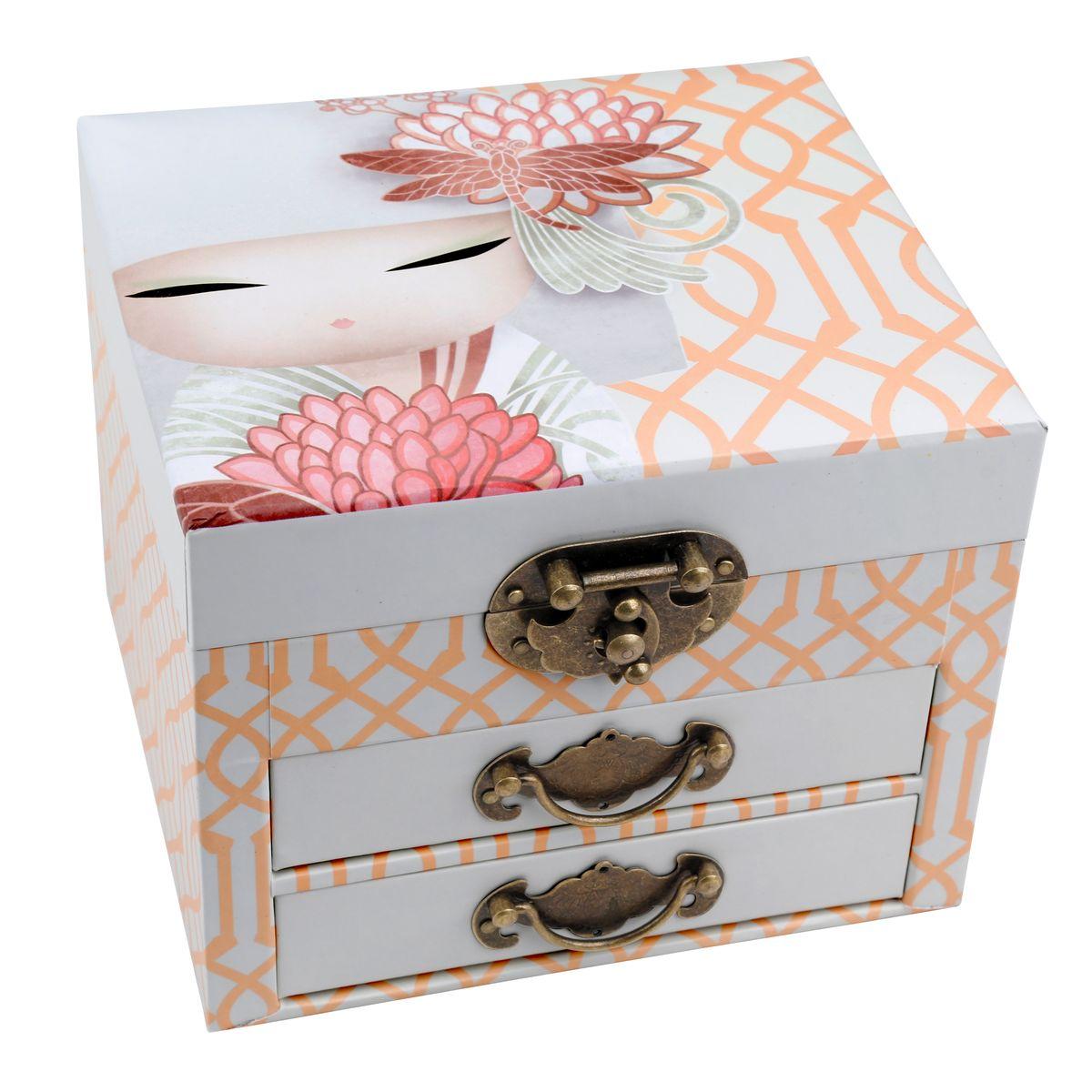 Шкатулка для бижутерии Kimmidoll Казуми (Страсть)KS0869Милая шкатулка для бижутерии Kimmidoll Казуми (Страсть) выполнена из плотного картона. Шкатулка оснащена двумя выдвижными ящичками и декорирована винтажными ручками и замком. Внутри шкатулка имеет три секции для хранения любимой бижутерии. На внутренней стороне крышки шкатулки есть зеркало прямоугольной формы. Такая шкатулка не только надежно сохранит вашу бижутерию, но и станет изысканным украшением интерьера. Привет, меня зовут Казуми. Я талисман страсти! Мой дух заряжает энтузиазмом и энергией. Вашим страстным характером и неуемной энергией вы вдохновляете других присоединиться к вам в достижении ваших целей и желаний. Всегда будьте позитивной силой в этом мире и всегда достигайте того, чего вы намеревались сделать.