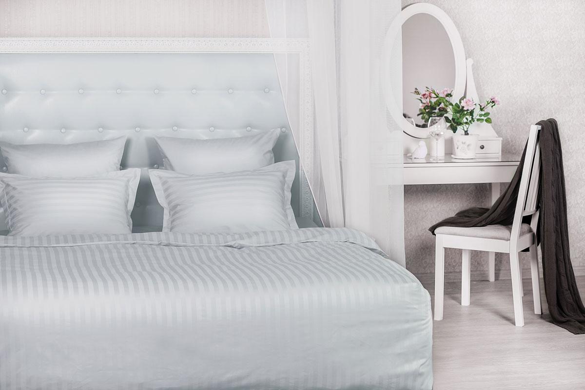 Комплект белья La Prima Серебристая дымка, 2-спальный, наволочки-трансформеры 50-70х70, цвет: серый00000004536Комплект постельного белья La Prima Серебристая дымка, изготовленный из сатина (100% хлопка), состоит из пододеяльника, простыни и двух наволочек-трансформеров. Наволочки трансформируются в размерах из 50х70 до 70х70. Благодаря современным технологиям окраски, белье не теряет свой цвет даже после множества стирок. Рекомендации по уходу: - Ручная и машинная стирка при температуре не более 40°С, - Не отбеливать, - Гладить при средней температуре, - Сушить в стиральной машине при средней температуре, - Деликатная химчистка. Концепция удобства 1. Экономия времени и сил. Благодаря наличию в верхней части пододеяльника специальных клапанов для рук заправить одеяло можно в 3 раза быстрее. 2. Удобство использования и экономия. Наволочка-трансформер: благодаря особой модели пошива и наличию специальных декоративных кнопок наволочка размером 70х70 см с легкостью трансформируется в наволочку 50х70 см- больше не...