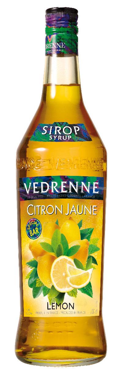 Vedrenne Лимон сироп, 1 л0120710Сироп Лимон - это популярное лакомство, которое используют кулинары и баристы со всего мира. Такой продукт прекрасно сочетается со многими напитками, так что его можно добавлять в кофе, холодный чай, газированную воду, компоты, а также применять для приготовления слоистых коктейлей (алкогольных или безалкогольных). Сироп Лимон используется хозяйками и для украшения выпечки - например: тортов, кексов, пирожных и пудингов.Сиропы изготавливаются на основе натурального растительного сырья, фруктовых и ягодных соков прямого отжима, цитрусовых настоев, а также с использованием очищенной воды без вредных примесей, что позволяет выдержать все ценные и полезные свойства натуральных фруктово-ягодных плодов и трав. В состав сиропов входит только натуральный сахар, произведенный по традиционной технологии из сахарозы. Благодаря высокому содержанию концентрированного фруктового сока сиропы Vedrenne обладают изысканным ароматоми натуральным вкусом, являются эффективным подсластителем при незначительной калорийности. Они оптимизируют уровень влажности и процесс кристаллизации десертов, хорошо смешиваются с другими ингредиентами и способствуют улучшению вкусовых качеств напитков и десертов. Сиропы Vedrenne разливаются в стеклянные бутылки с яркими этикетками, на которых изображен фрукт, ягода или другой ингредиент, определяющий вкусовые оттенки того или иного продукта Vedrenne. Емкости с сиропами Vedrenne герметичны и поэтому не позволяют содержимому контактировать с микроорганизмами и другими губительными внешними воздействиями. Кроме того, стеклянные бутылки выглядят оригинально и стильно. В настоящее время компания Vedrenne считается одним из лучшихпроизводителей высококлассных сиропов, отличающихся натуральным вкусом, а также насыщенным ароматом и глубокимцветом. Фруктовые сиропы Vedrenne пользуются большой популярностью не только во Франции (где их широко используют как в сегменте HoReCa, так и в домашних условиях), но и экспортируются более чем