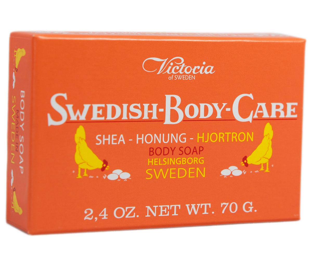 Victoria Soap Shea-Honung-Hjortron Мыло для тела с морошкой, 70 г241182Компания Victoria создала серию мыл для тела «Шведские ягоды», вдохновленную шведской природой, солнечными полянами, густым лесами и насыщенными витаминами ягодами. В старинный рецепт мыла были добавлены шведский мед и экстракты ягод. Мыло для тела «Шведские ягоды» с экстрактом морошки имеет густую бархатную пену с букетом плодов пальмового дерева, оливы и морошки с высоким содержанием липидов. Плотная нежная пена легко смывается с тела и не раздражает кожу. В прохладную погоду тонкий аромат шведского мыла, морошки и полевых цветов окутает ваше тело вуалью комфорта и наслаждения.