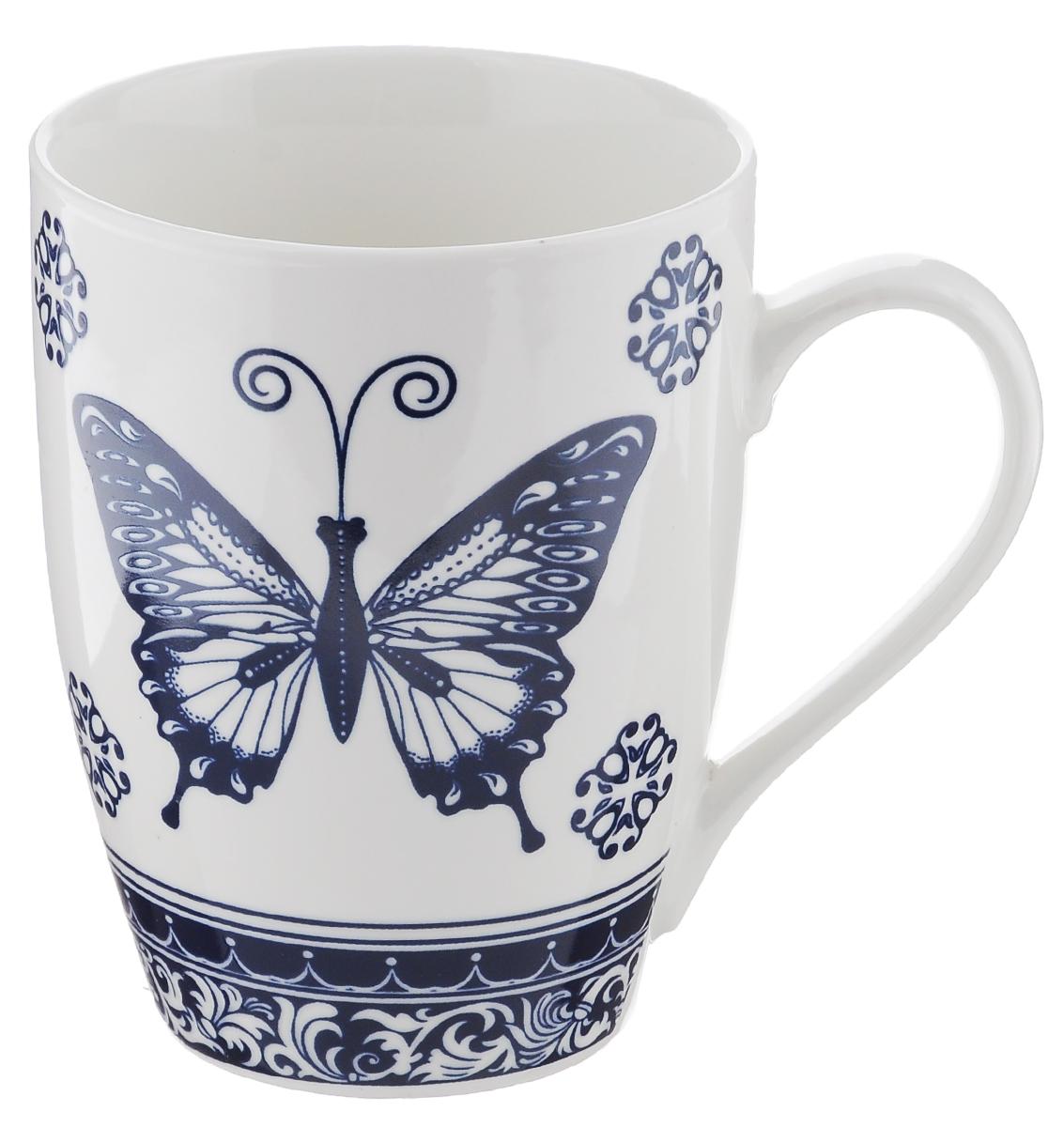 Кружка Miolla, цвет: белый, синий, 340 мл. 2010060U-12010060U-1Оригинальная кружка Miolla, выполненная из фарфора, сочетает в себе изысканный дизайн с максимальной функциональностью. Кружка украшена оригинальным выразительным рисунком. Красочность оформления кружки придется по вкусу и ценителям классики, и тем, кто предпочитает утонченность и изысканность. Диаметр (по верхнему краю): 8 см. Высота: 11 см. Объем: 340 мл.