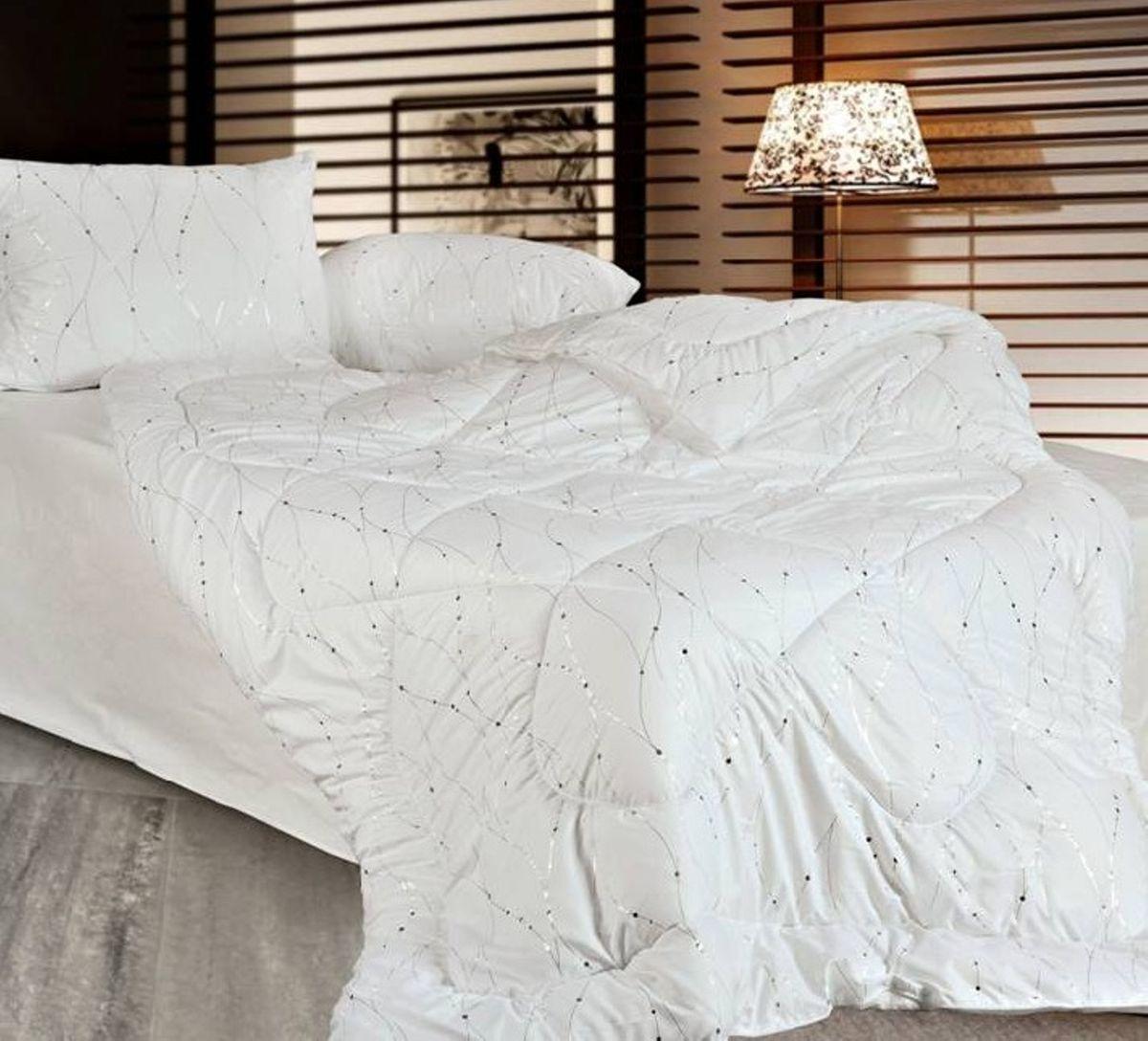 Одеяло Home & Style, наполнитель: соевое волокно, цвет: белый, серебристый, 140 х 205 см182907Одеяло Home & Style приятно удивит вас и создаст атмосферу тепла и комфорта в вашем доме. Одеяло изготовлено из полиэстера, а наполнителем является соевое волокно. Соевое волокно, изготовленное с использованием растительных протеинов сои, недаром называют волокном жизни. Соевые волокна содержат уникальные аминокислоты и витамины токоферолы, которые благотворно воздействуют на кожу человека, предотвращают старение, снижают воспалительные процессы на коже. Одеяла из соевого волокна необычайно мягкие, воздушные, теплые, гигроскопичные и воздухопроницаемые. Они мягкие, как шелк, теплые, как кашемир. Благодаря ей наполнитель удерживает тепло в холодную погоду и не препятствует свободной циркуляции воздуха для удаления влаги в жаркую погоду. Наполнитель не сваливается и не приминается, великолепно сохраняя форму даже после многократных стирок и сушек, подходит людям, страдающим аллергией на пух и перья. Свойства соевого...